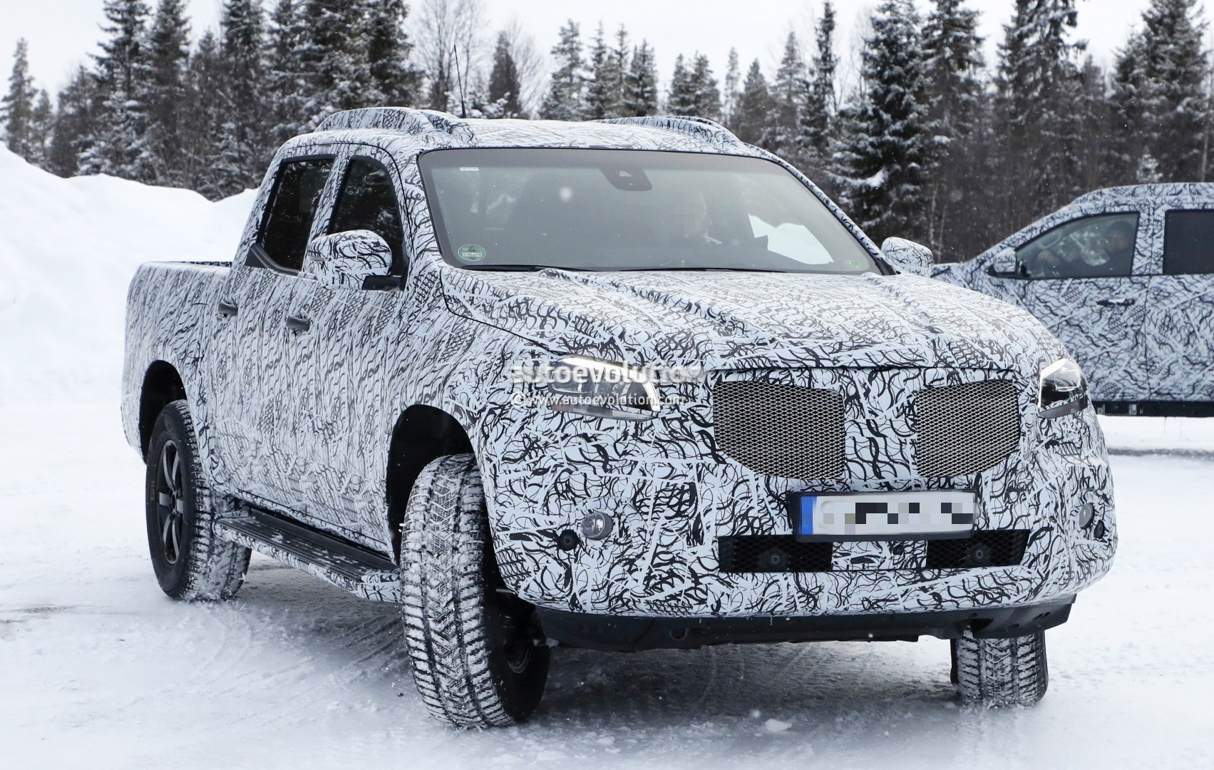2017 - [Mercedes] Classe X Pickup - Page 3 2018-mercedes-x-class-truck-prototype-shows-production-lights-has-two-fuel-caps_6