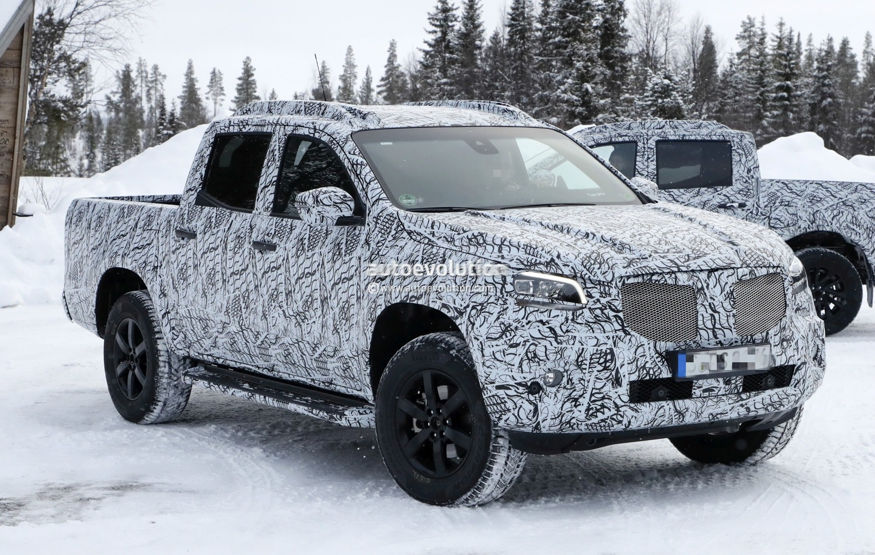 2017 - [Mercedes] Classe X Pickup - Page 3 2018-mercedes-x-class-truck-prototype-shows-production-lights-has-two-fuel-caps_7