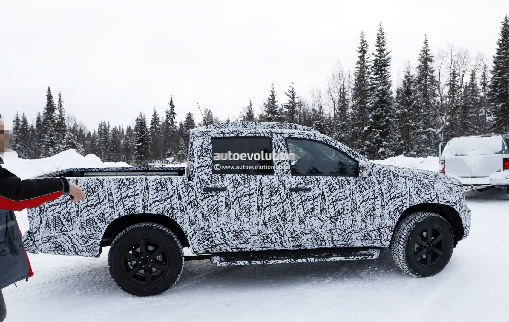 2017 - [Mercedes] Classe X Pickup - Page 3 2018-mercedes-x-class-truck-prototype-shows-production-lights-has-two-fuel-caps_8