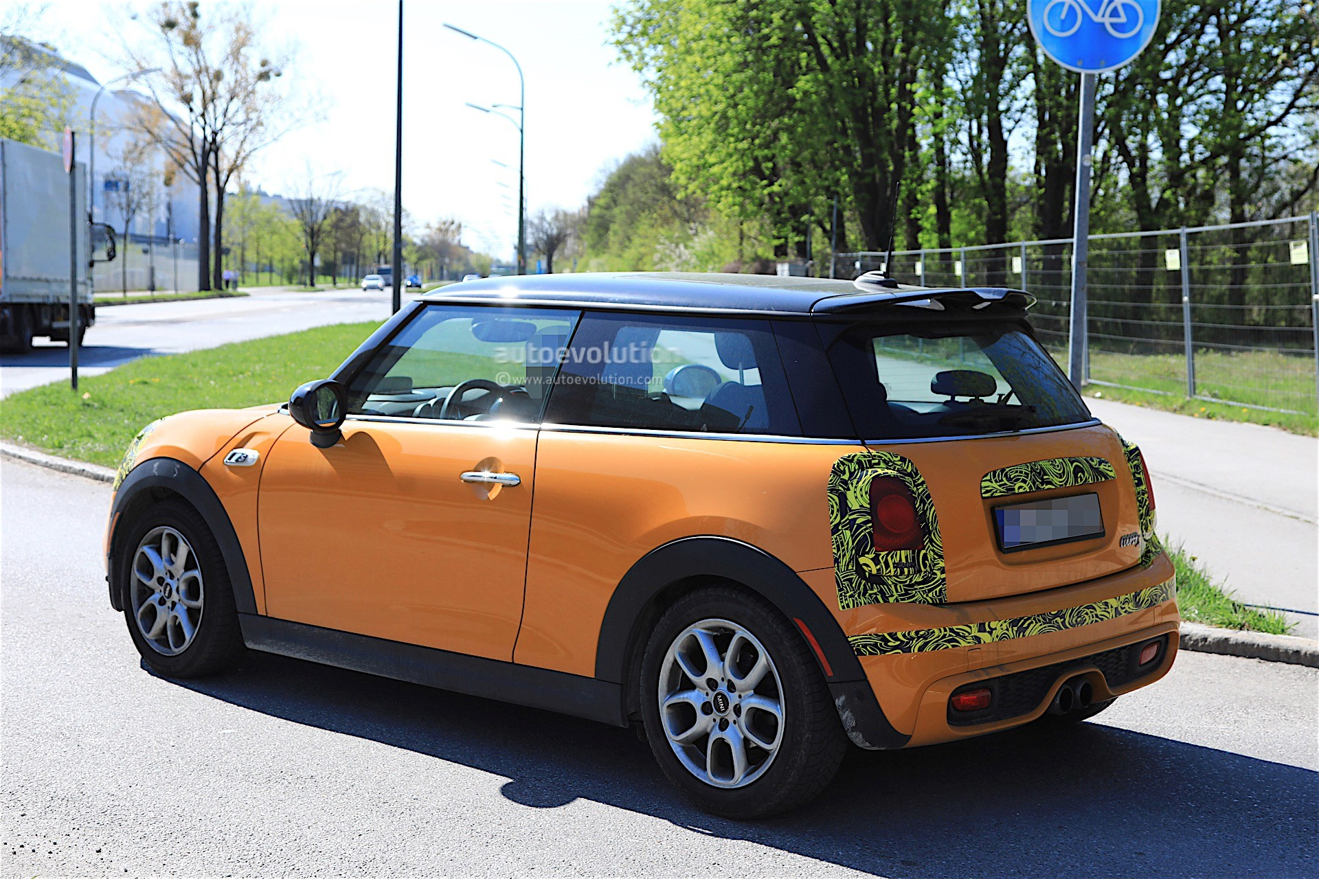 2018 Mini Cooper S Facelift Spotted Testing It Has Minor Changes Autoevolution