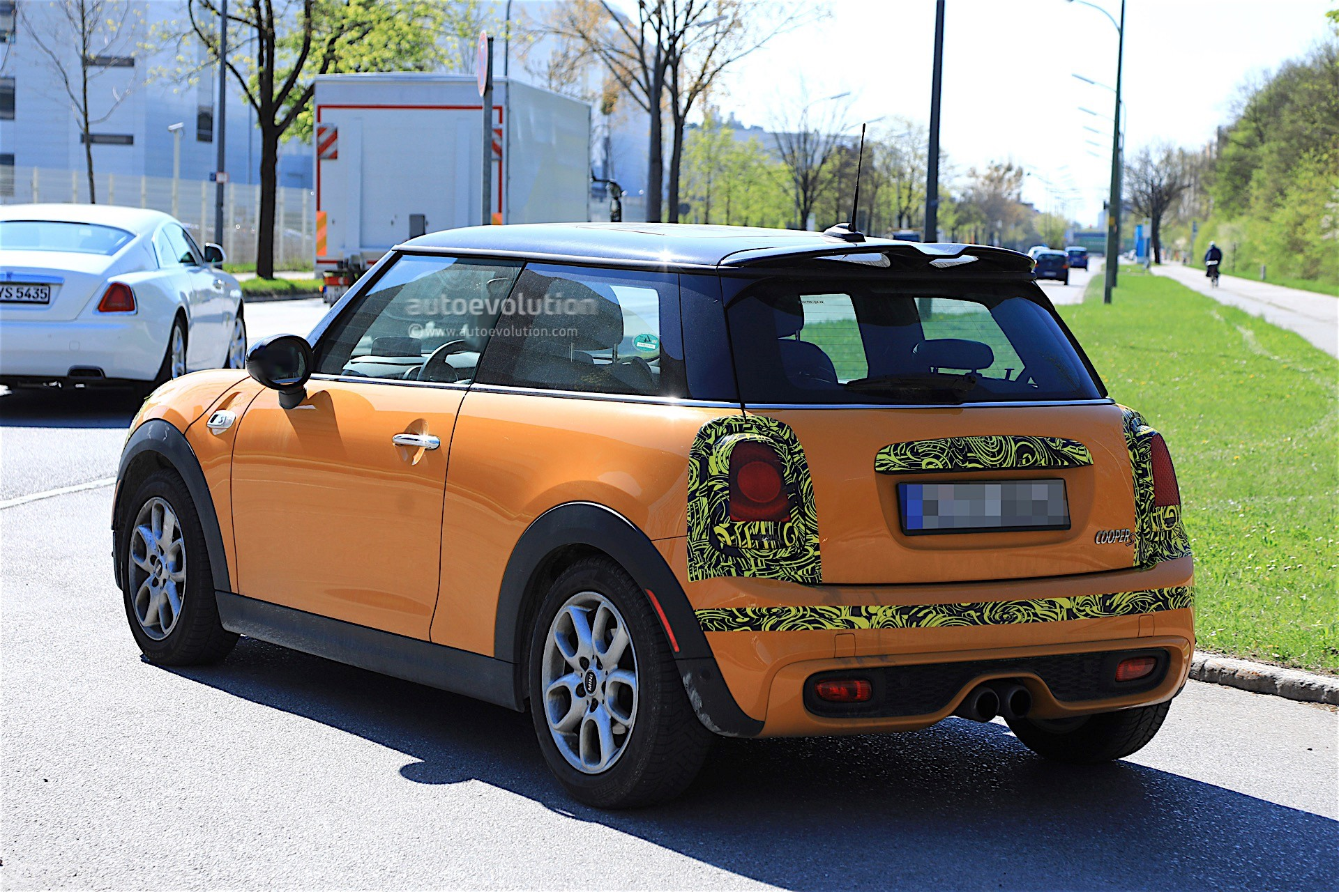 2018 mini cooper s facelift spotted testing it has minor. Black Bedroom Furniture Sets. Home Design Ideas