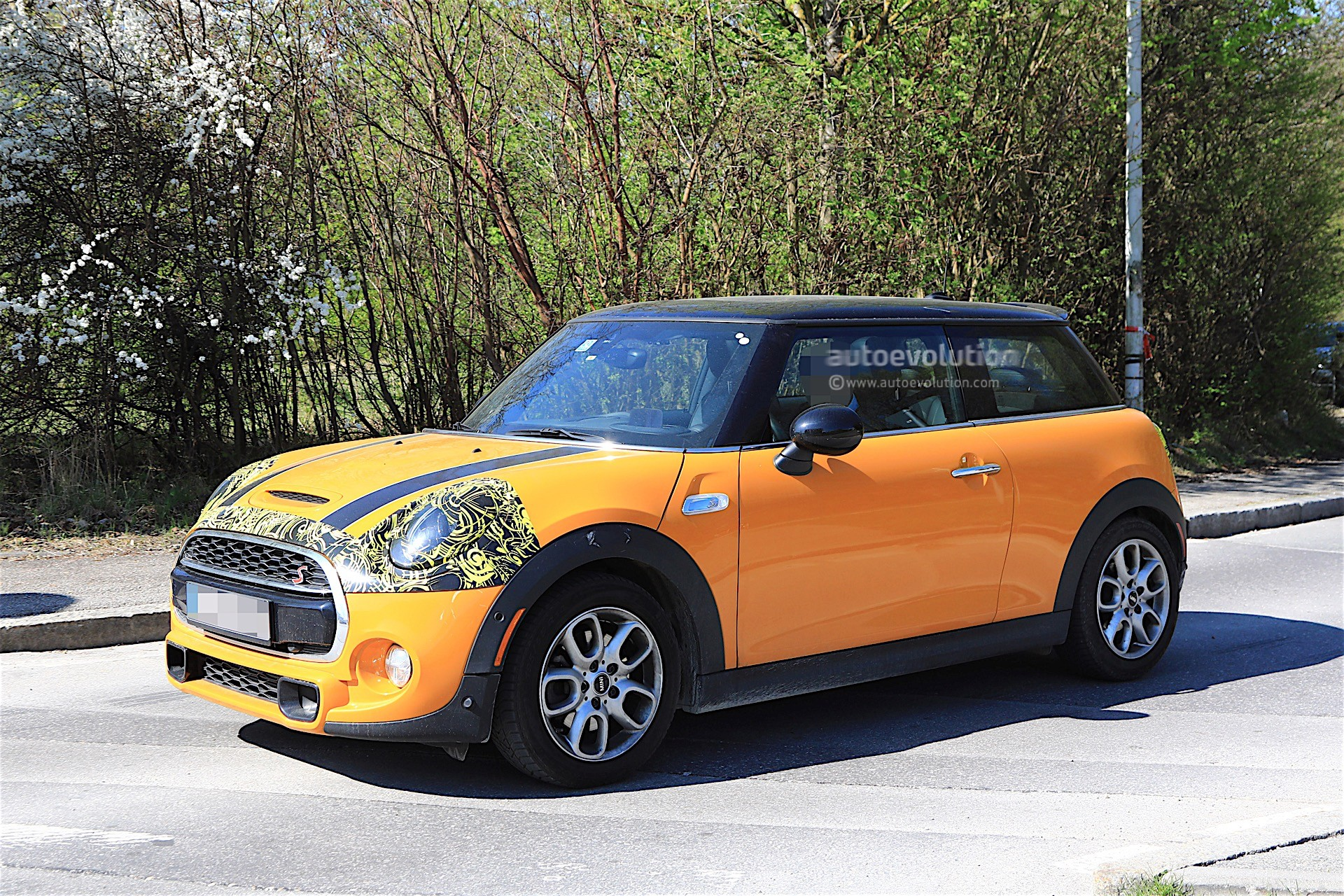 2018 mini cooper s facelift spotted testing it has minor changes autoevolution. Black Bedroom Furniture Sets. Home Design Ideas