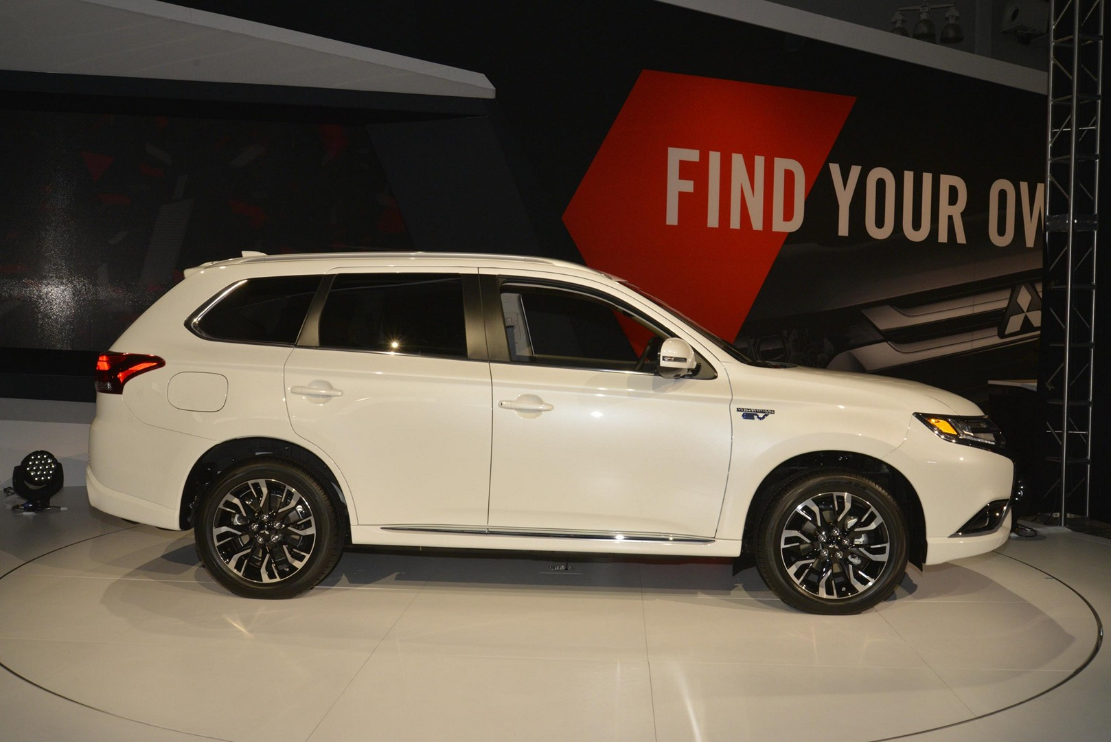 2018 mitsubishi outlander phev goes on sale in the u s 5 years after eu debut autoevolution. Black Bedroom Furniture Sets. Home Design Ideas