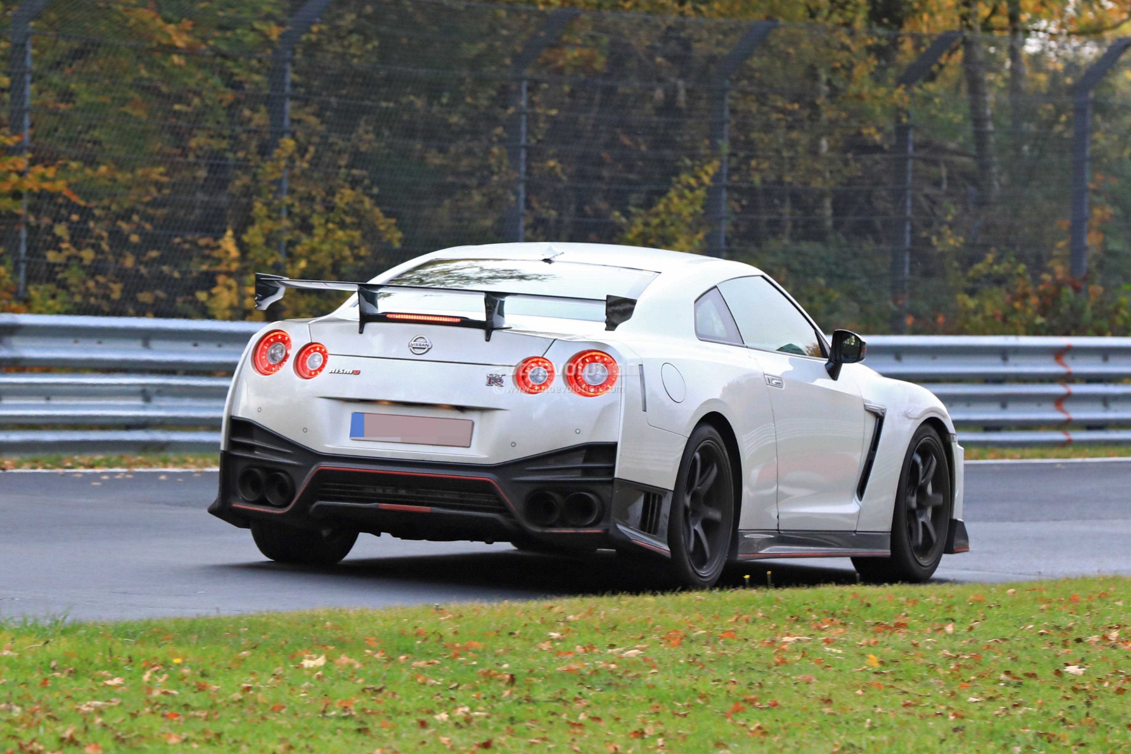 2018 nissan gt r nismo spied with different brakes and. Black Bedroom Furniture Sets. Home Design Ideas