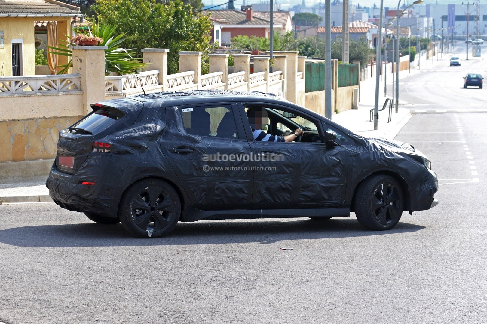 2017 - [Nissan] Leaf II - Page 2 2018-nissan-leaf-spied-testing-in-europe-still-very-camouflaged_4