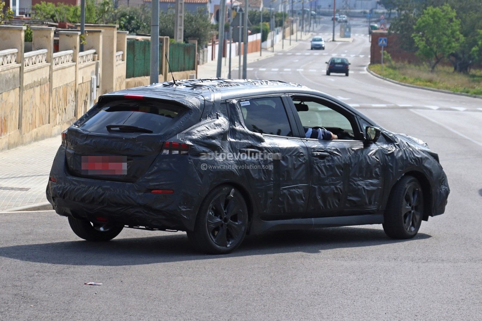 2017 - [Nissan] Leaf II - Page 2 2018-nissan-leaf-spied-testing-in-europe-still-very-camouflaged_5