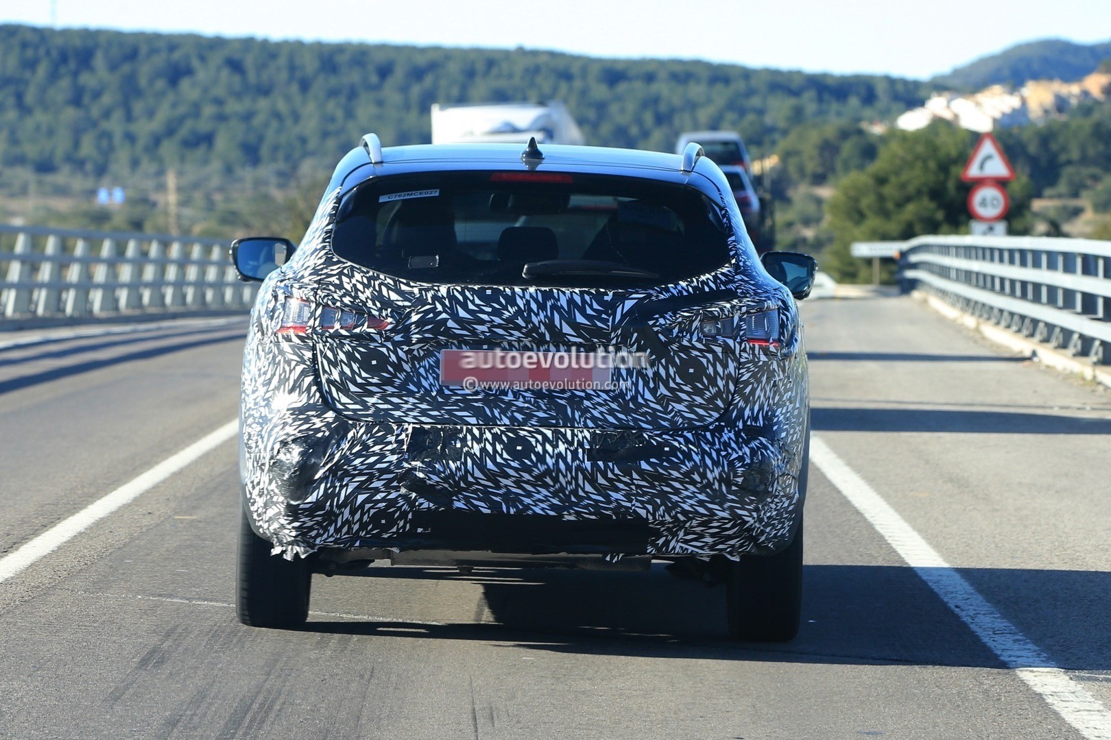 2017 - [Nissan] Qashqai restylé 2018-nissan-qashqai-facelift-spied-for-the-first-time-has-concept-car-wheels_10