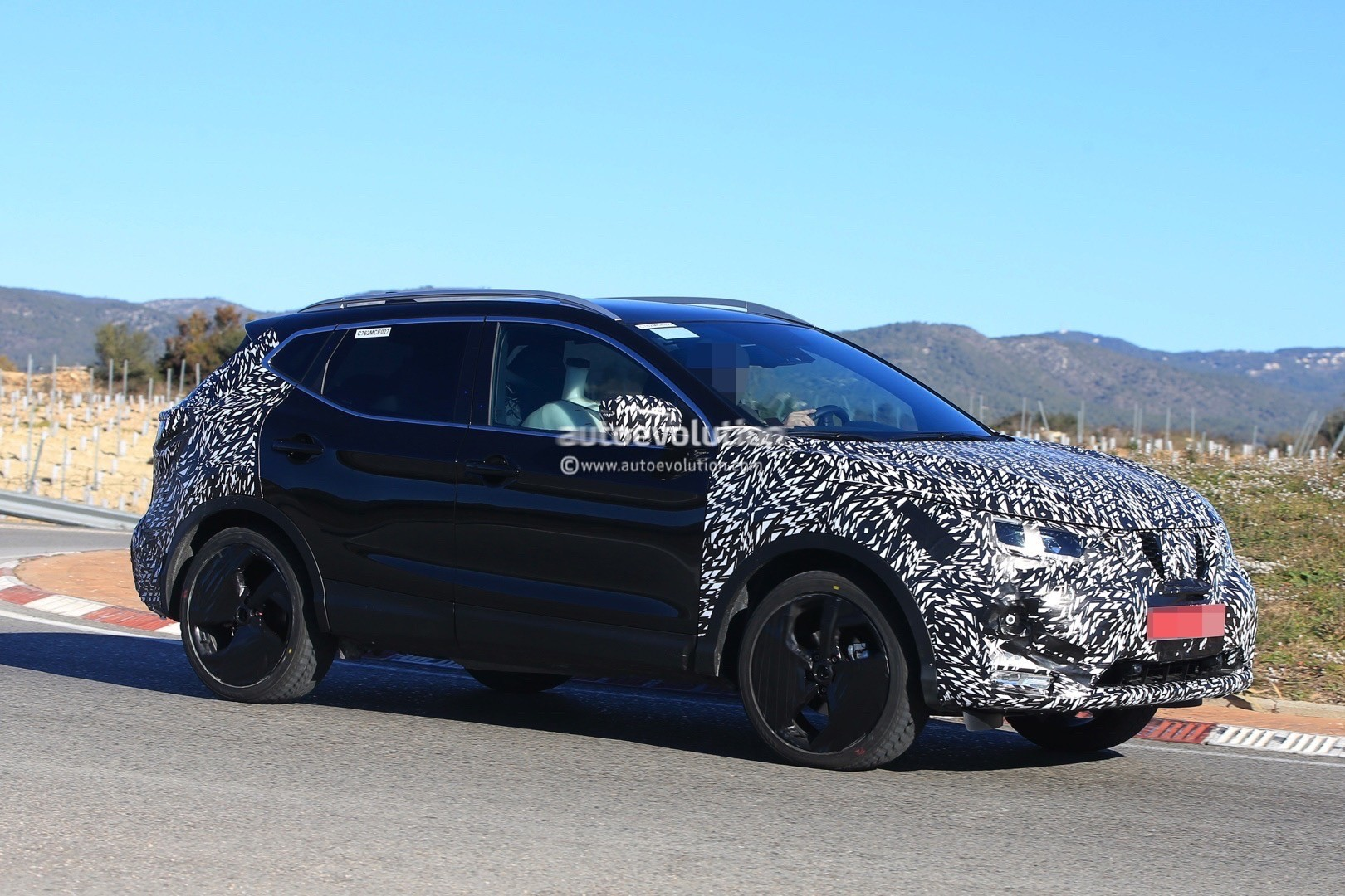 2017 - [Nissan] Qashqai restylé 2018-nissan-qashqai-facelift-spied-for-the-first-time-has-concept-car-wheels_3