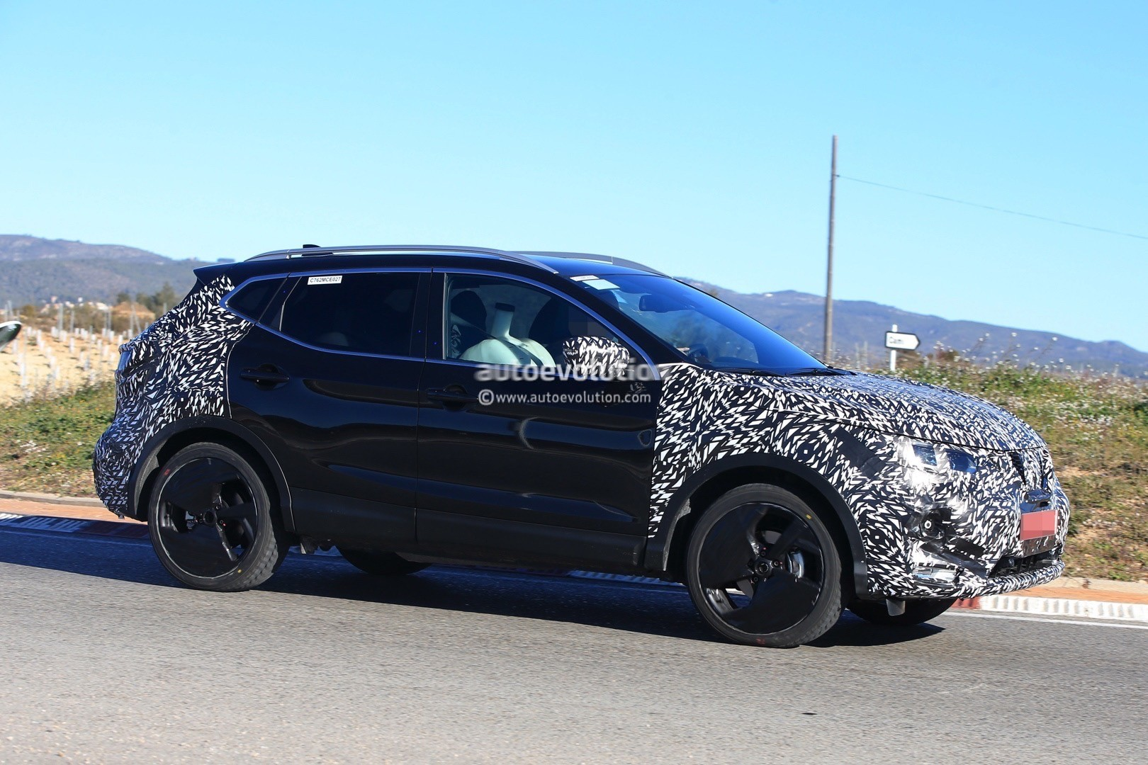 2017 - [Nissan] Qashqai restylé 2018-nissan-qashqai-facelift-spied-for-the-first-time-has-concept-car-wheels_4