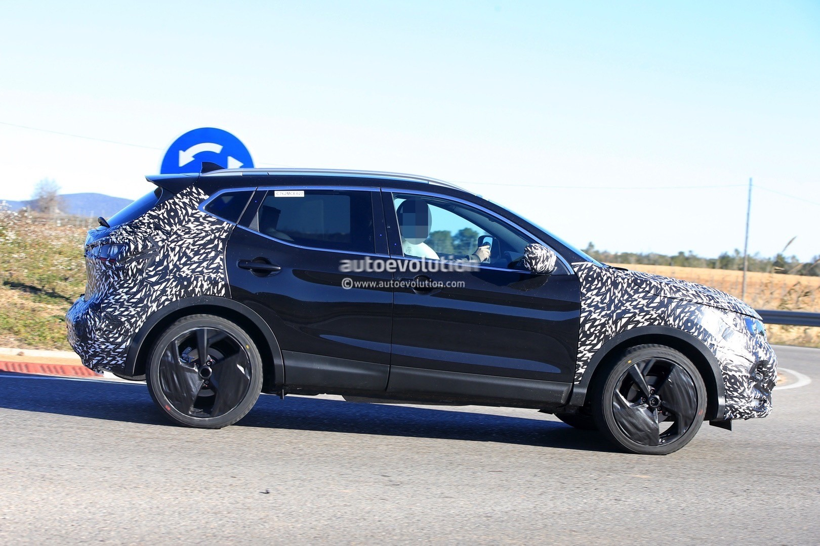 2017 - [Nissan] Qashqai restylé 2018-nissan-qashqai-facelift-spied-for-the-first-time-has-concept-car-wheels_5
