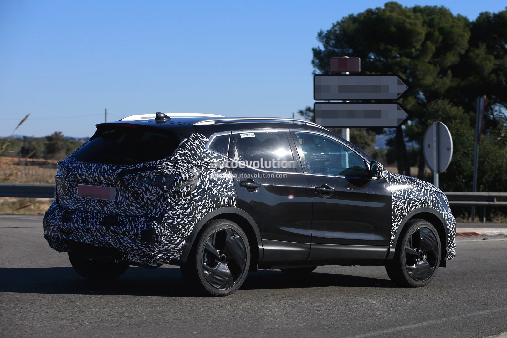 2017 - [Nissan] Qashqai restylé 2018-nissan-qashqai-facelift-spied-for-the-first-time-has-concept-car-wheels_7