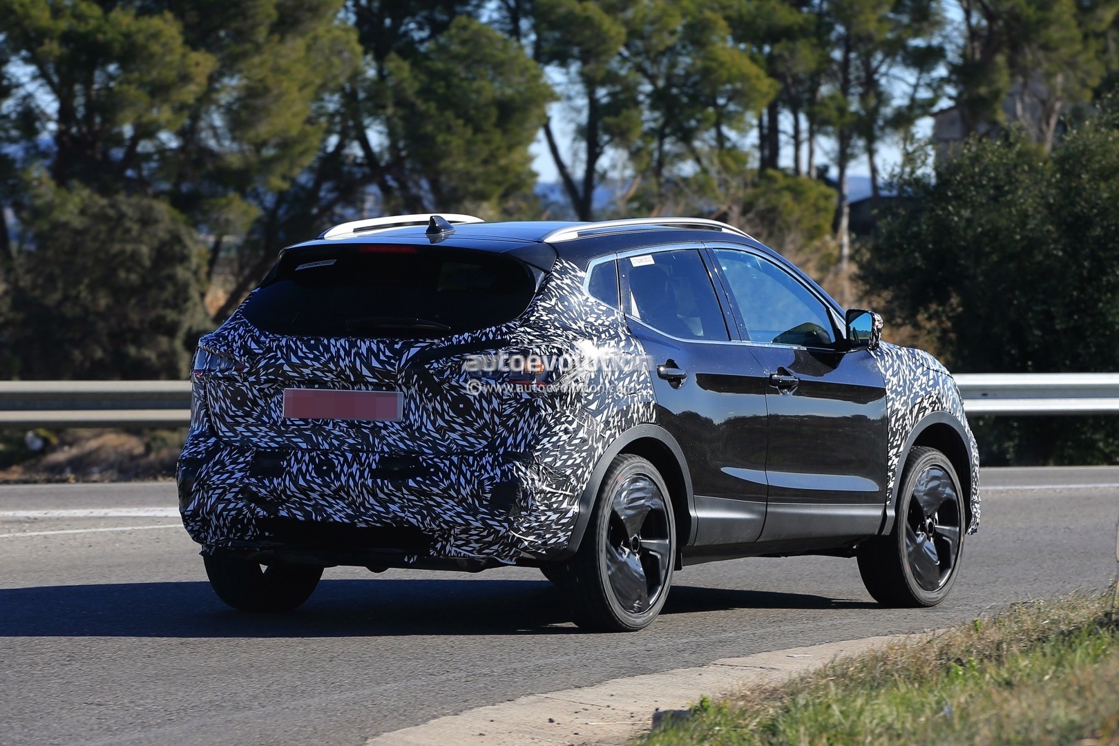 2017 - [Nissan] Qashqai restylé 2018-nissan-qashqai-facelift-spied-for-the-first-time-has-concept-car-wheels_9