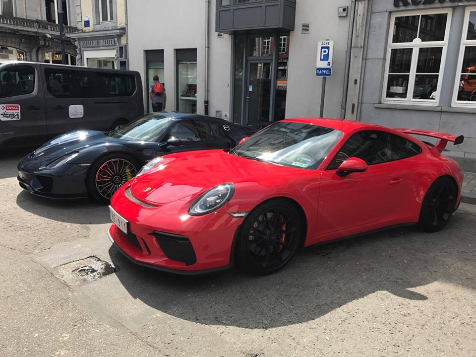 2018 porsche 911 gt3 and porsche 918 spyder meet cause pedestrian commotion autoevolution. Black Bedroom Furniture Sets. Home Design Ideas