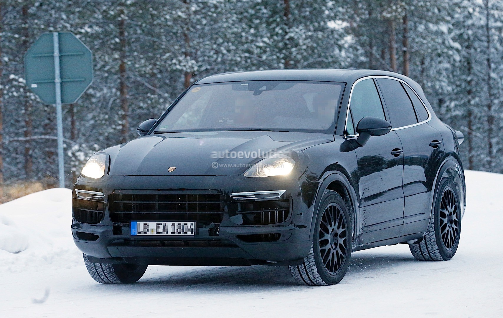 2018 porsche cayenne spied once more enjoying the last bits of winter autoevolution. Black Bedroom Furniture Sets. Home Design Ideas