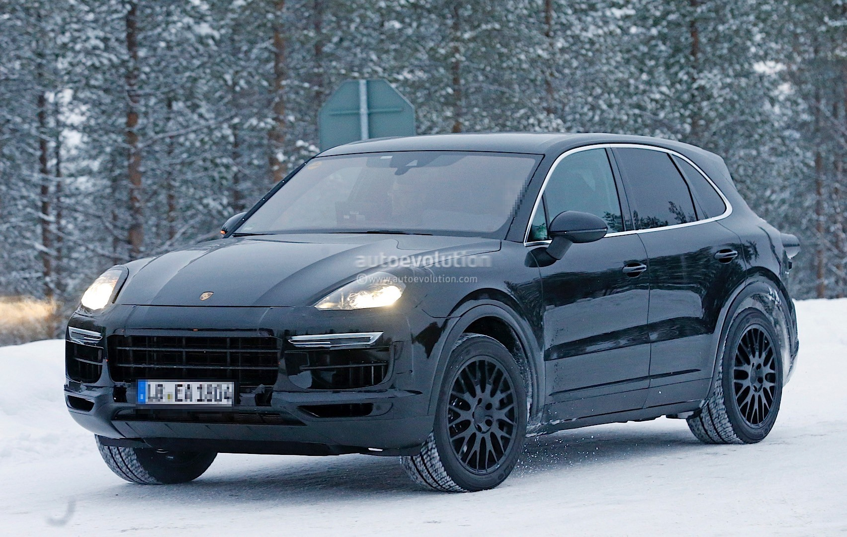 2018-porsche-cayenne-spied-once-more-enjoying-the-last-bits-of-winter_12