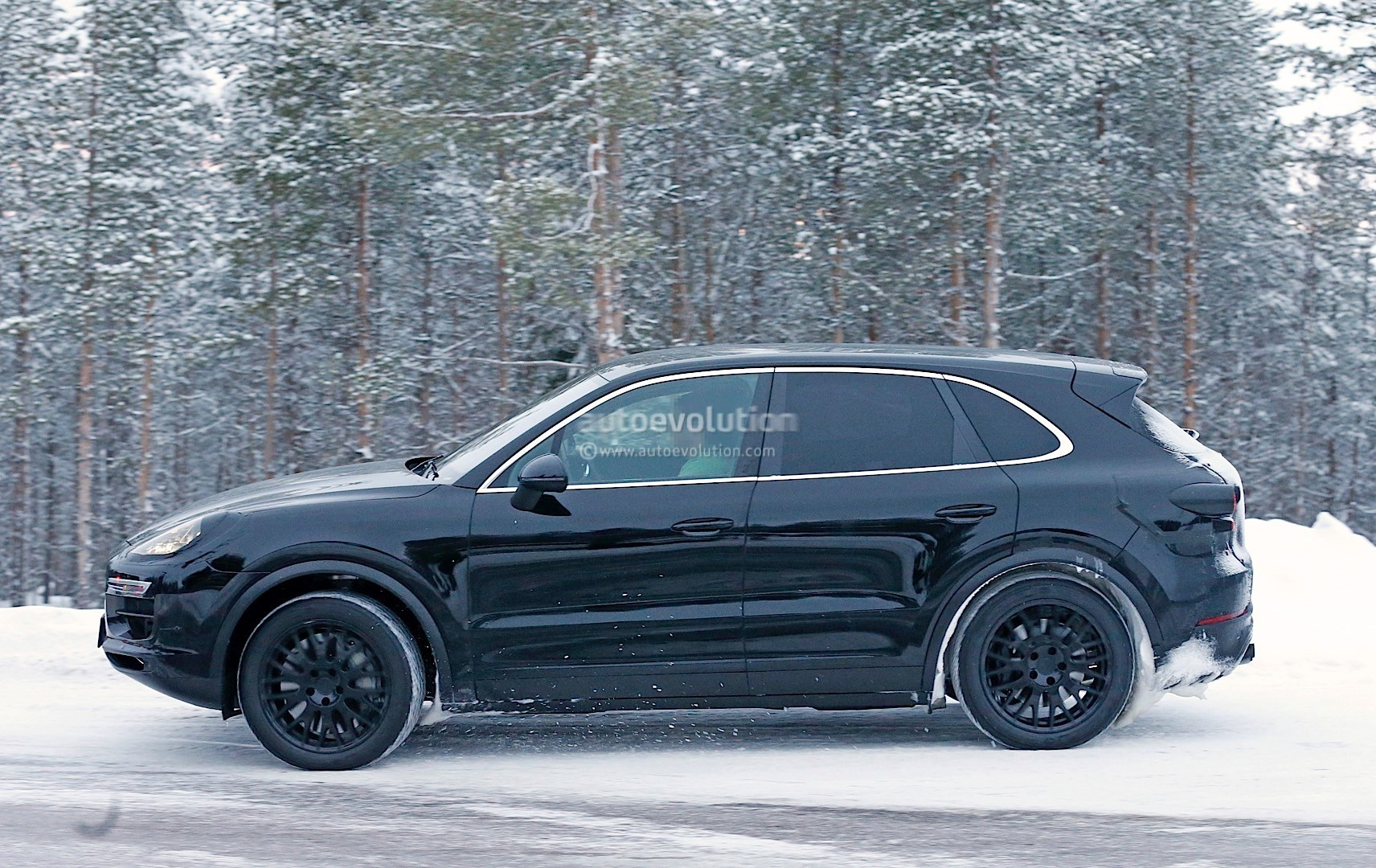 2018-porsche-cayenne-spied-once-more-enjoying-the-last-bits-of-winter_14
