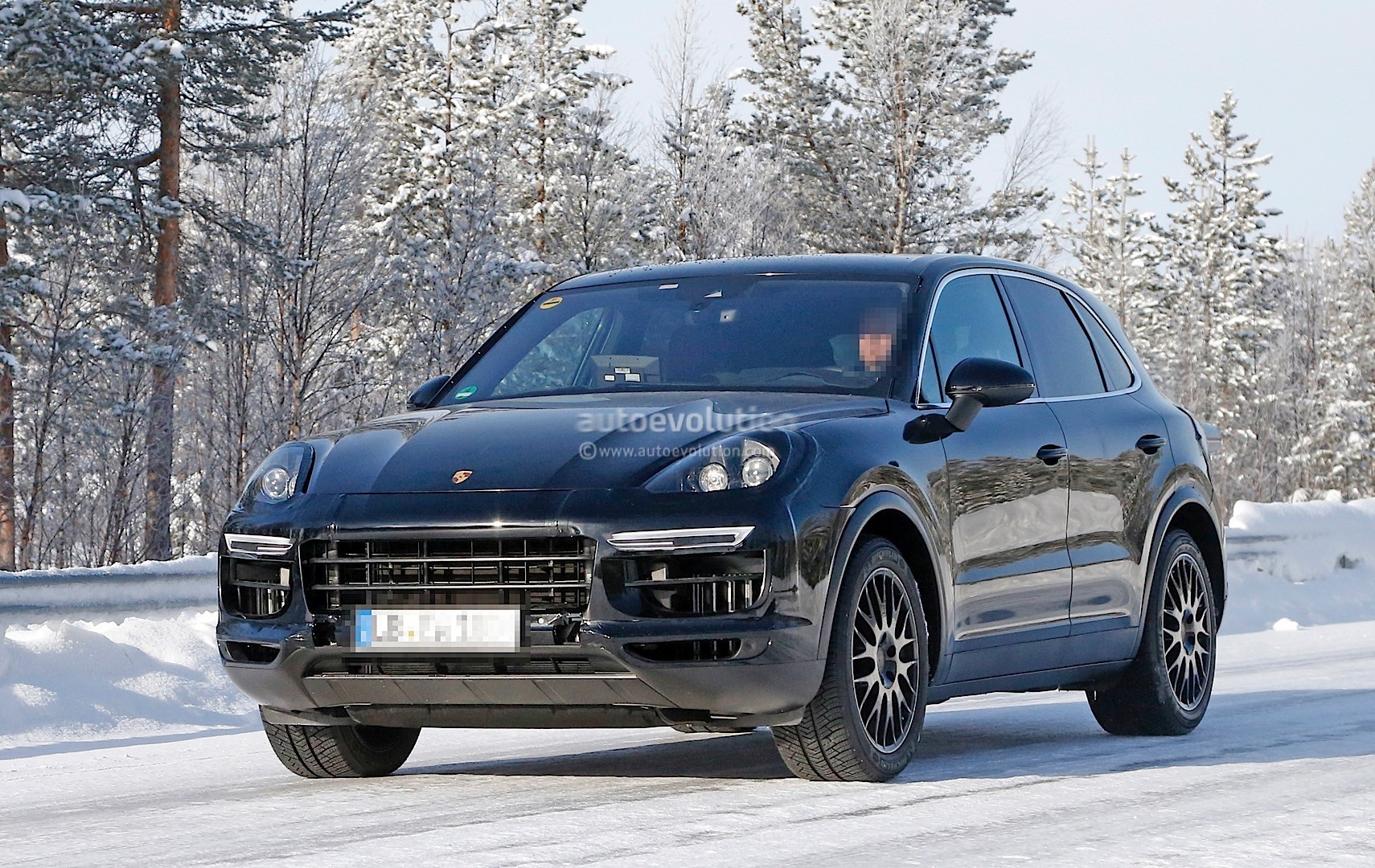 2018-porsche-cayenne-spied-once-more-enjoying-the-last-bits-of-winter_2