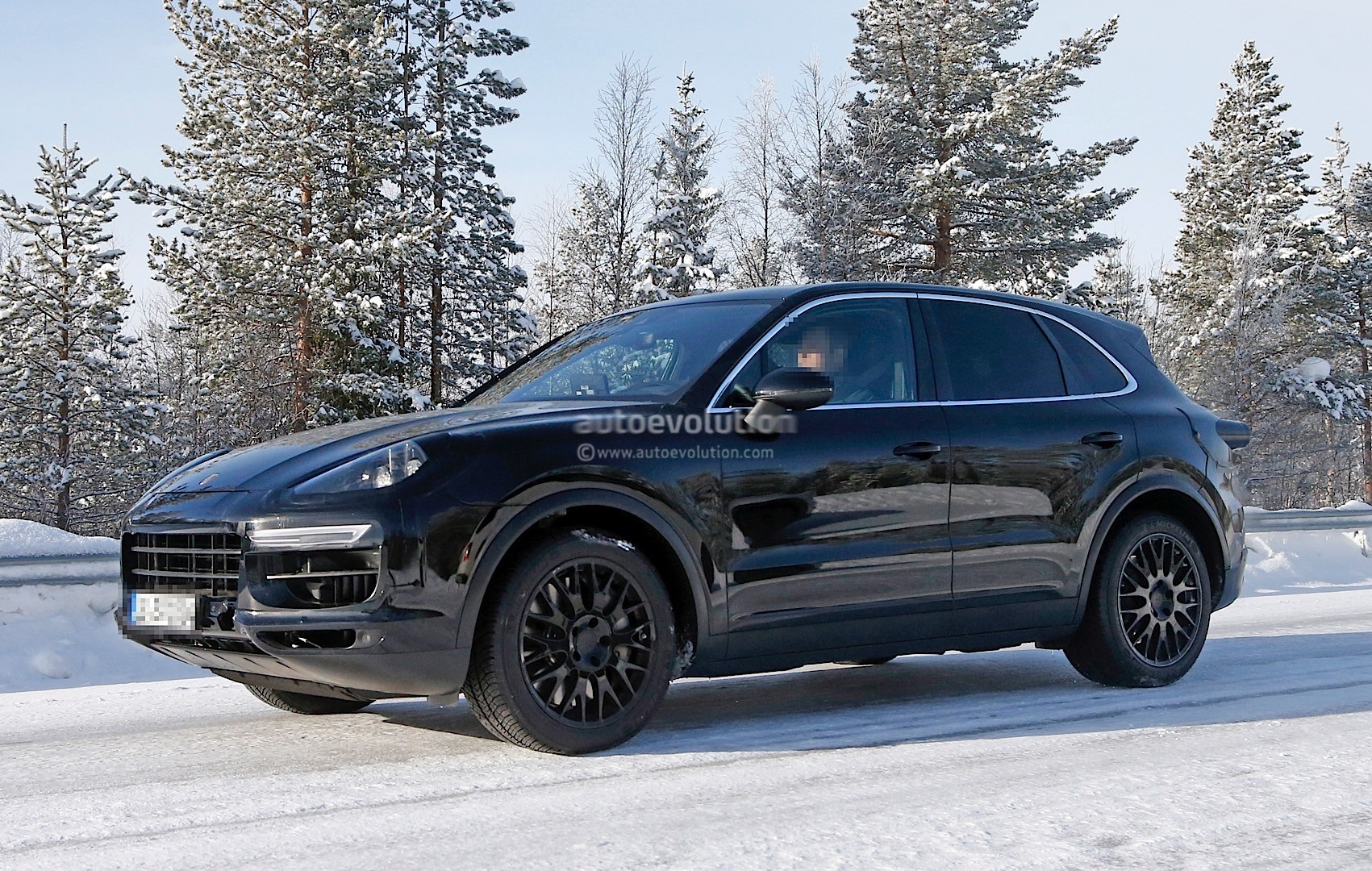 2018-porsche-cayenne-spied-once-more-enjoying-the-last-bits-of-winter_4