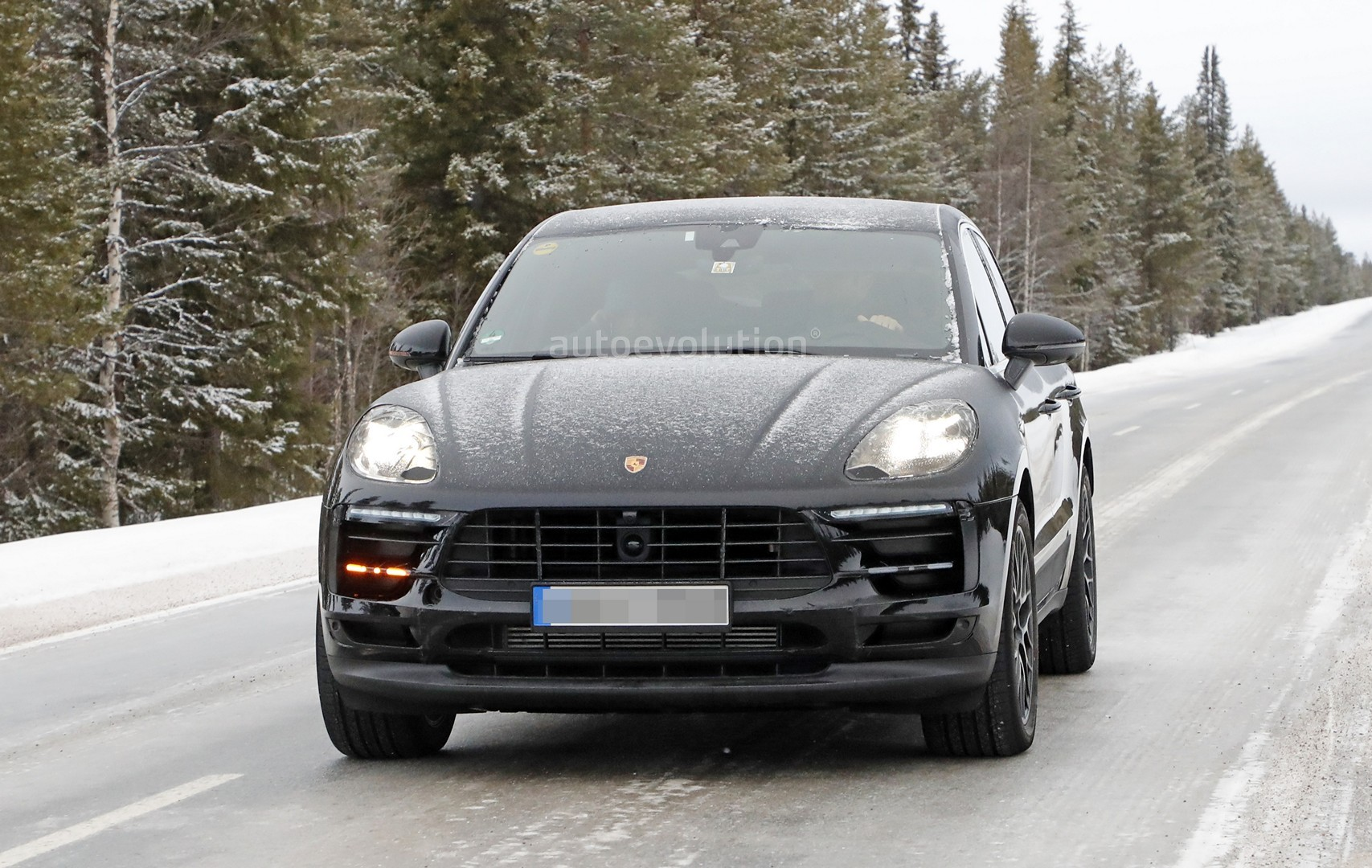 2018 porsche macan facelift spied undergoing winter testing autoevolution. Black Bedroom Furniture Sets. Home Design Ideas