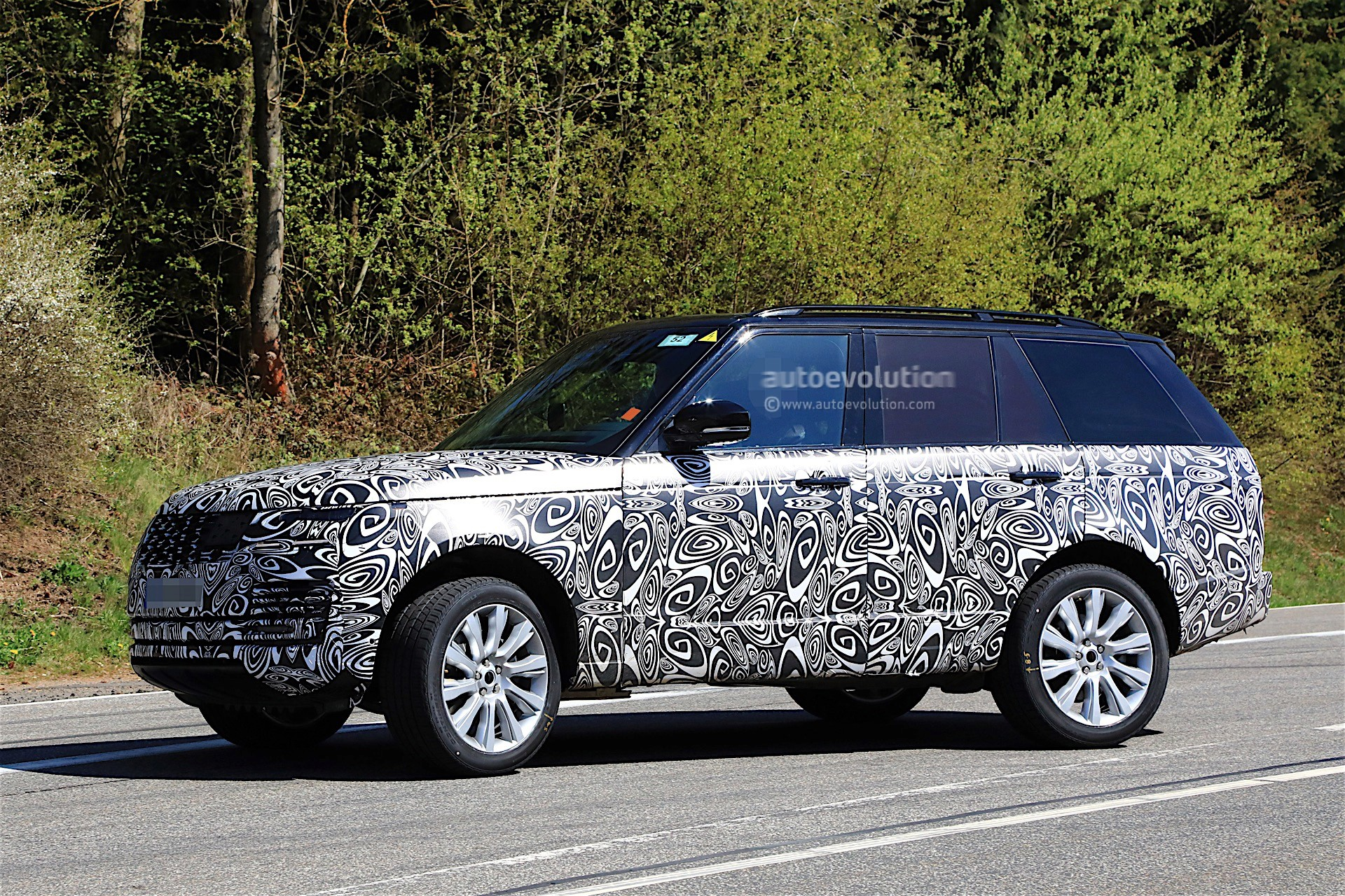 2018 range rover facelift spied with updated interior autoevolution. Black Bedroom Furniture Sets. Home Design Ideas