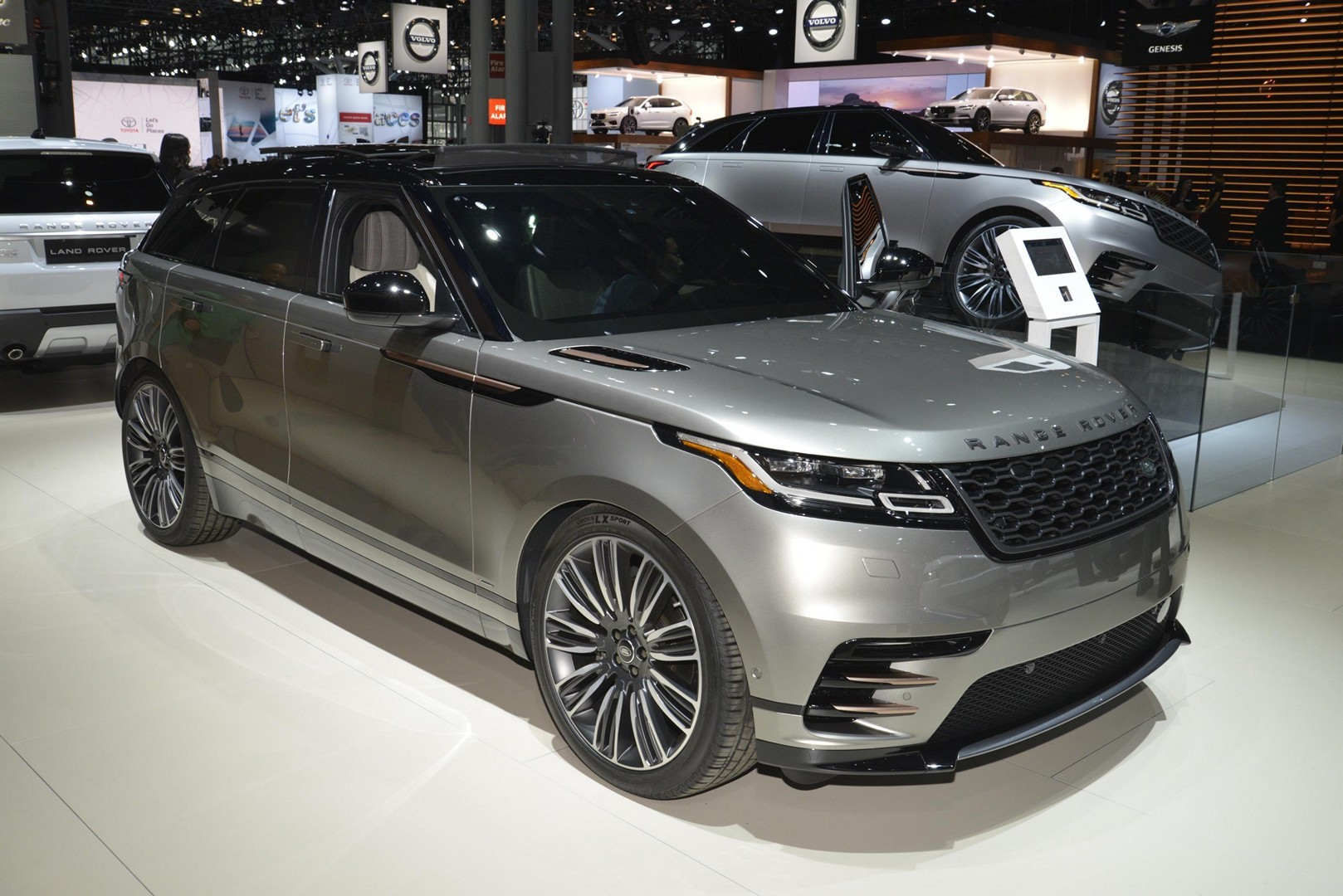 2018 range rover velar is a veiled brute in new york autoevolution. Black Bedroom Furniture Sets. Home Design Ideas