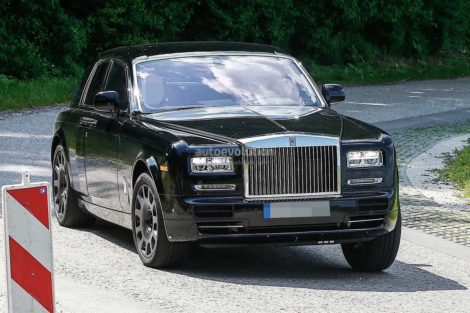 2018 Rolls Royce Cullinan Suv Spied Testing New Dashboard Autoevolution