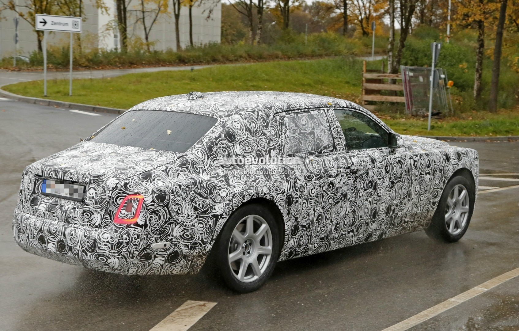 2017 - [Rolls Royce] Phantom - Page 2 2018-rolls-royce-phantom-prototype-partially-reveals-new-headlights-taillights_8