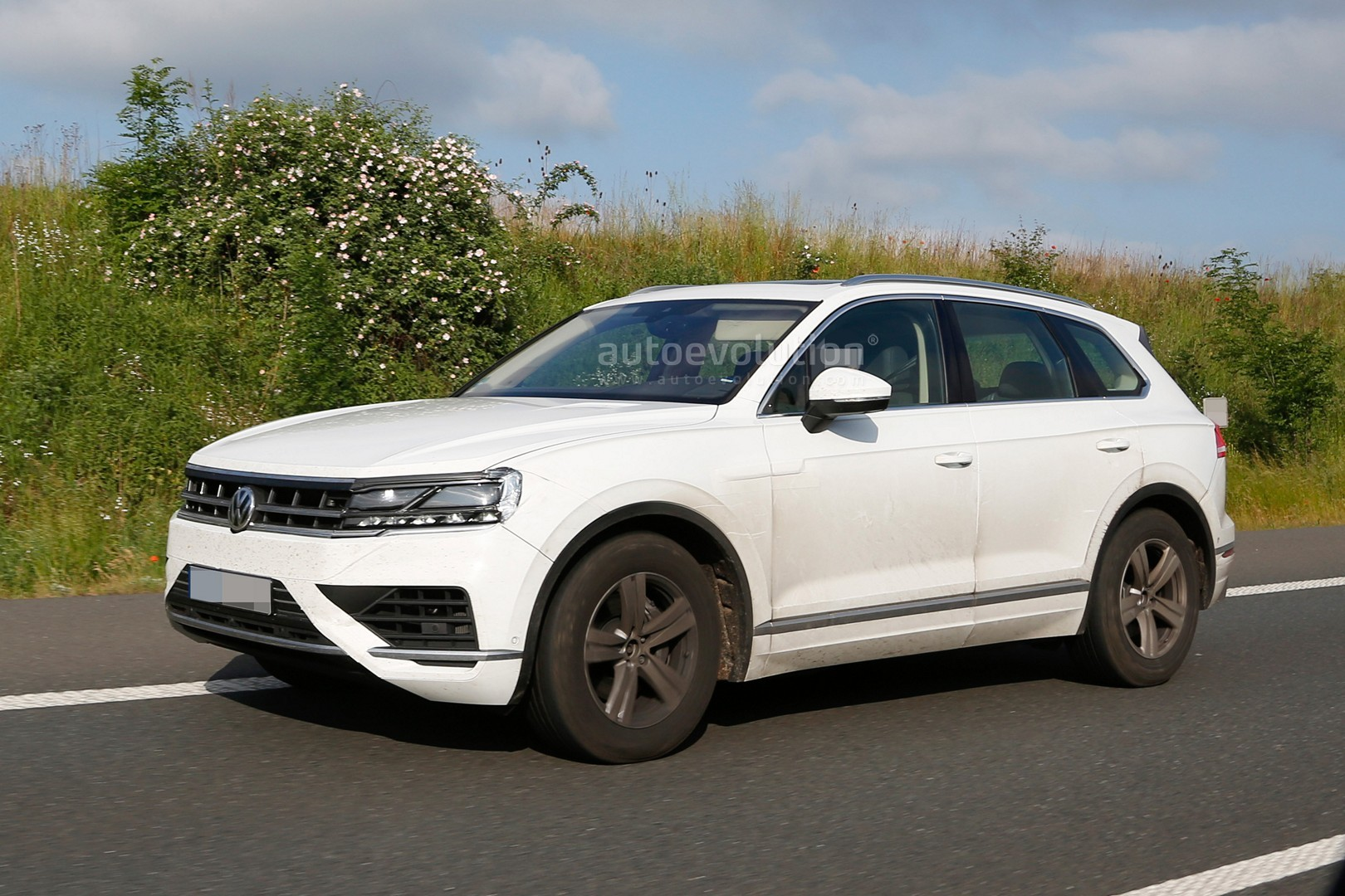 2018 volkswagen touareg reportedly set for debut in april autoevolution. Black Bedroom Furniture Sets. Home Design Ideas