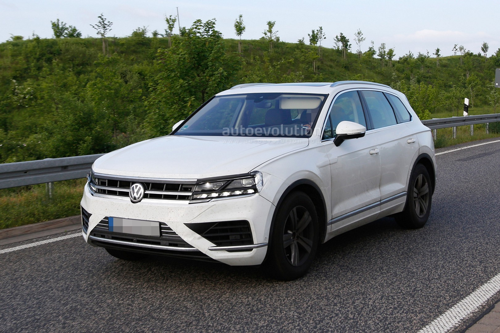 2018 volkswagen touareg spied almost undisguised autoevolution. Black Bedroom Furniture Sets. Home Design Ideas