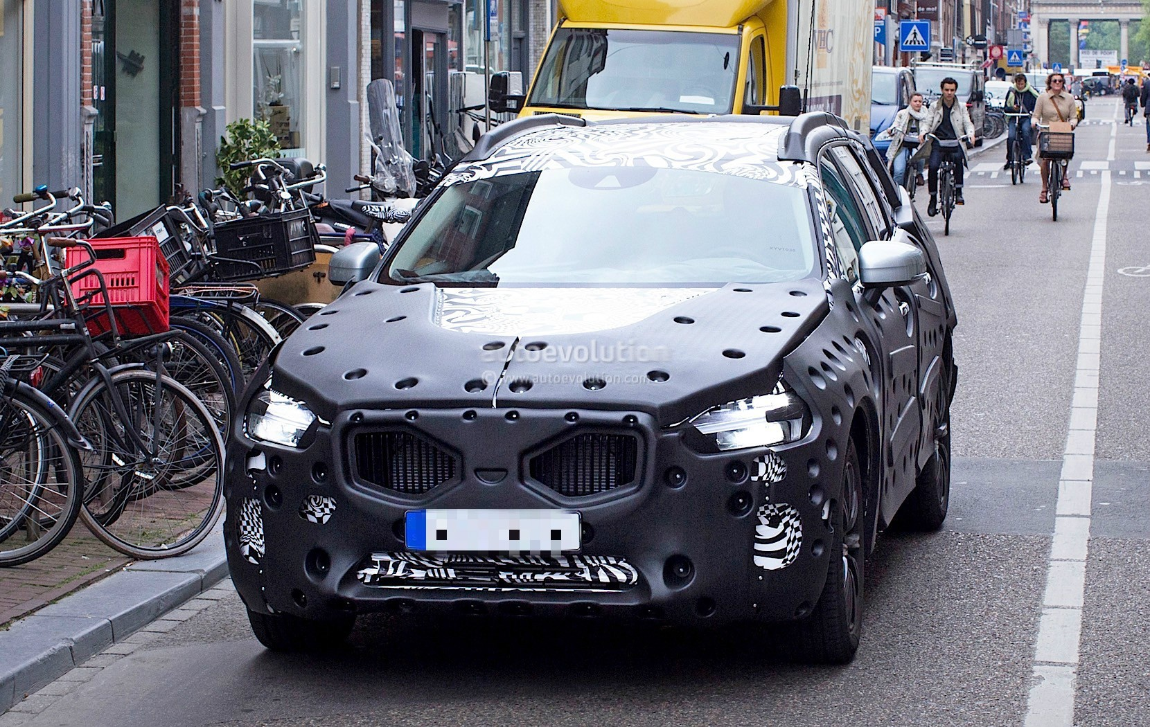 2018-volvo-xc60-spied-for-the-first-time-in-amsterdam_4
