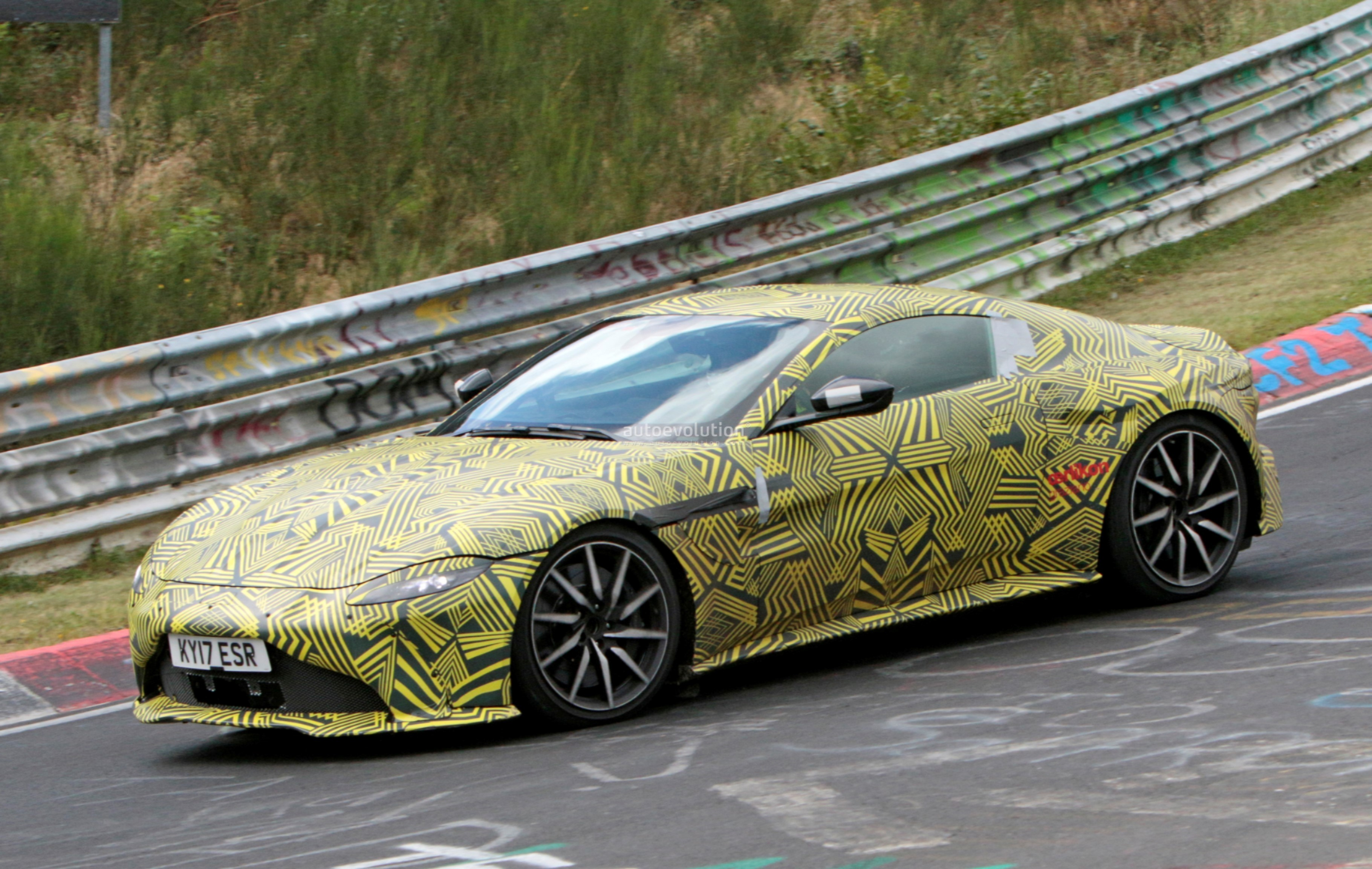 2019-aston​-martin-v8​-vantage-s​pied-on-nu​rburgring-​looks-gorg​eous-even-​with-camo_​5