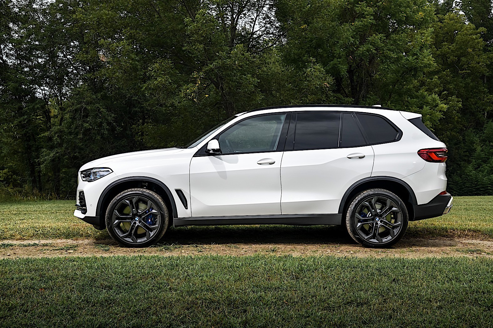 2019 bmw x5 shown on location once more autoevolution. Black Bedroom Furniture Sets. Home Design Ideas