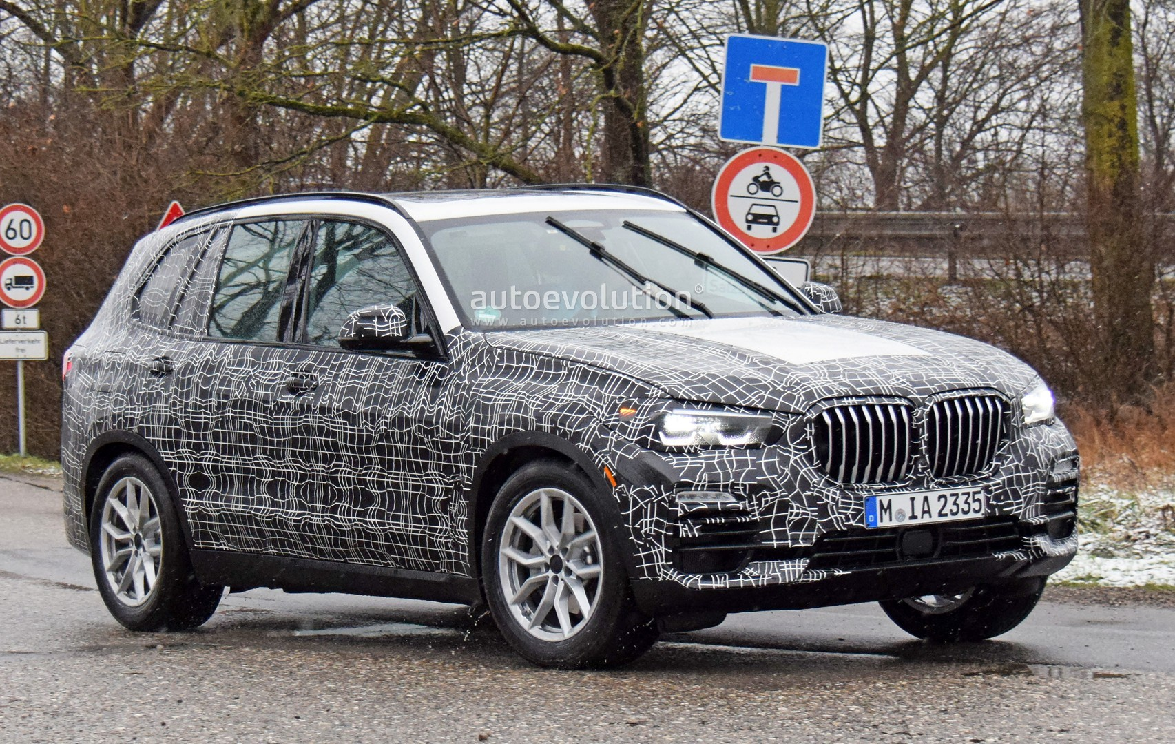 spyshots 2019 bmw x5 shows gigantic kidney grilles sheds. Black Bedroom Furniture Sets. Home Design Ideas