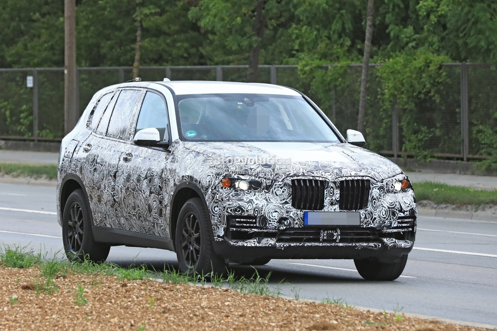 2019-bmw-x5-spied-prototype-reveals-new-angular-design-front-air-intakes_1