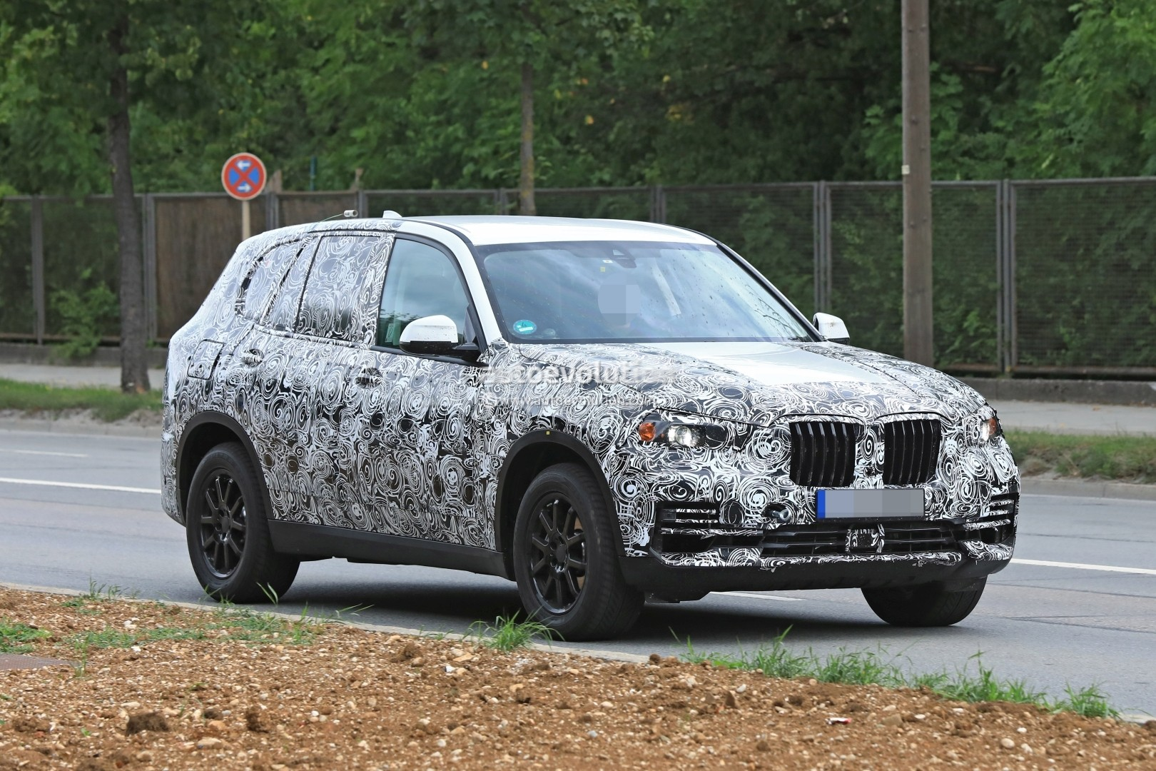2019-bmw-x5-spied-prototype-reveals-new-angular-design-front-air-intakes_3