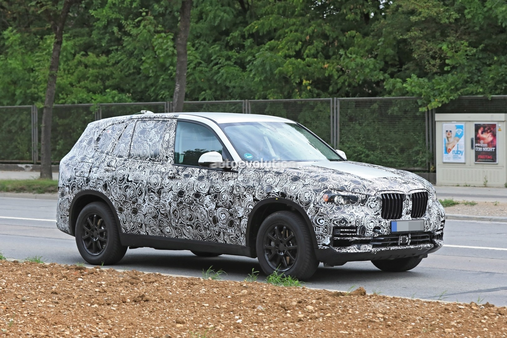 2019-bmw-x5-spied-prototype-reveals-new-angular-design-front-air-intakes_4
