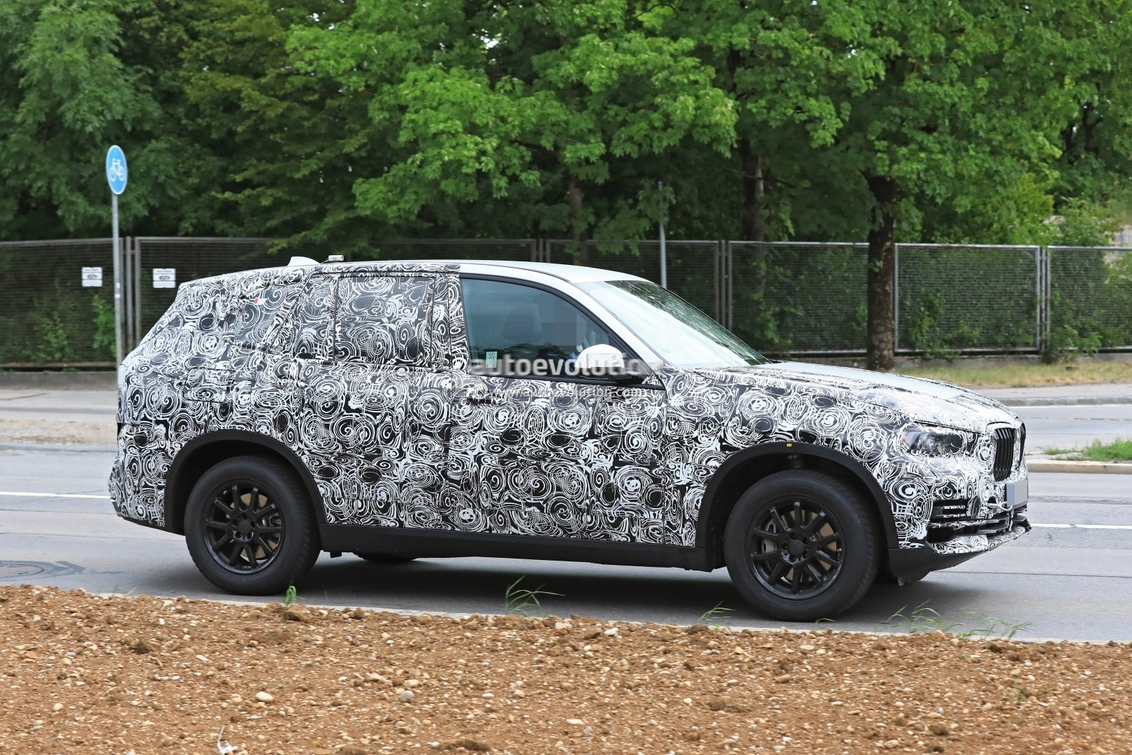 2019-bmw-x5-spied-prototype-reveals-new-angular-design-front-air-intakes_5