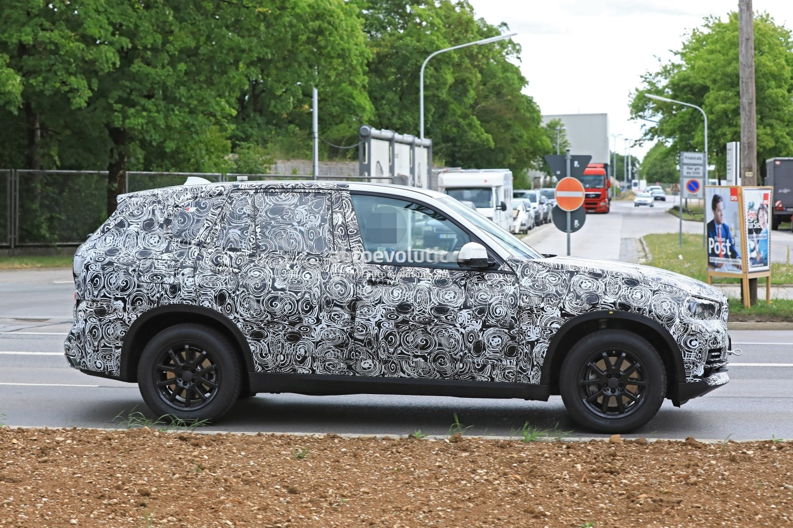 2019-bmw-x5-spied-prototype-reveals-new-angular-design-front-air-intakes_6