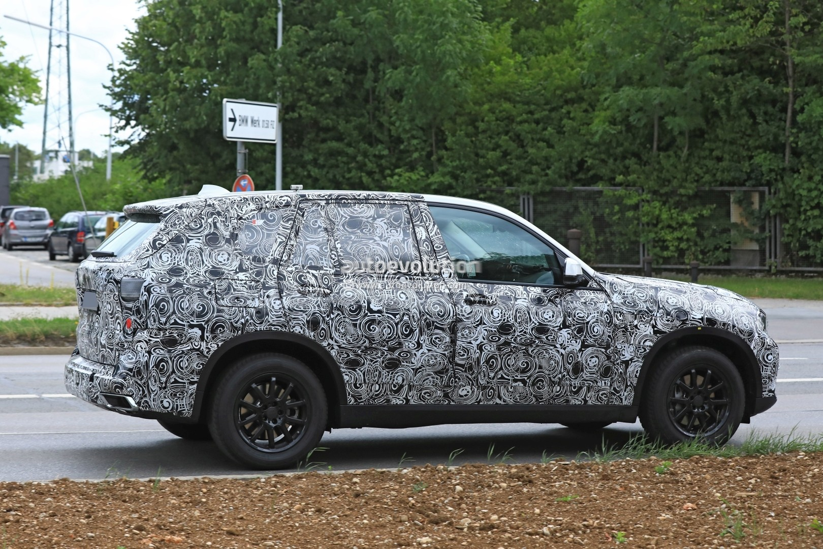 2019-bmw-x5-spied-prototype-reveals-new-angular-design-front-air-intakes_7