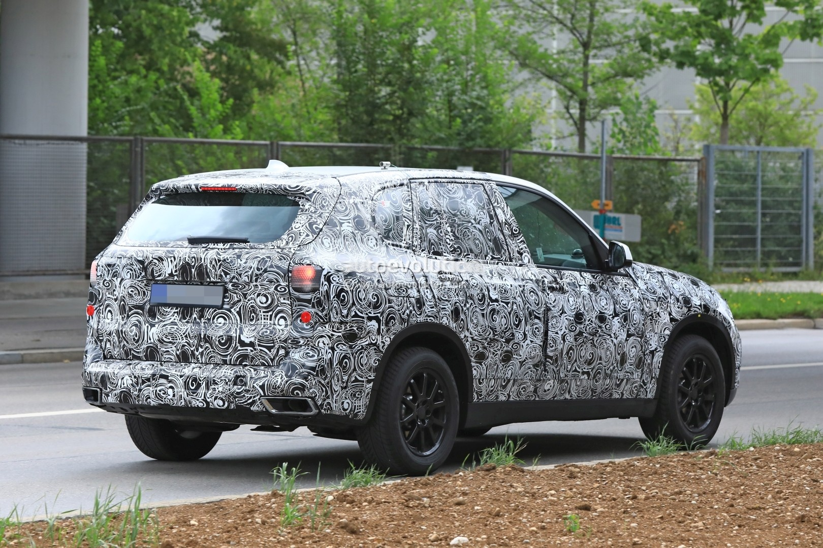 2019-bmw-x5-spied-prototype-reveals-new-angular-design-front-air-intakes_8