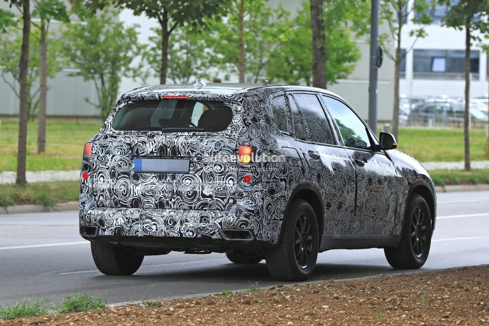2019-bmw-x5-spied-prototype-reveals-new-angular-design-front-air-intakes_9