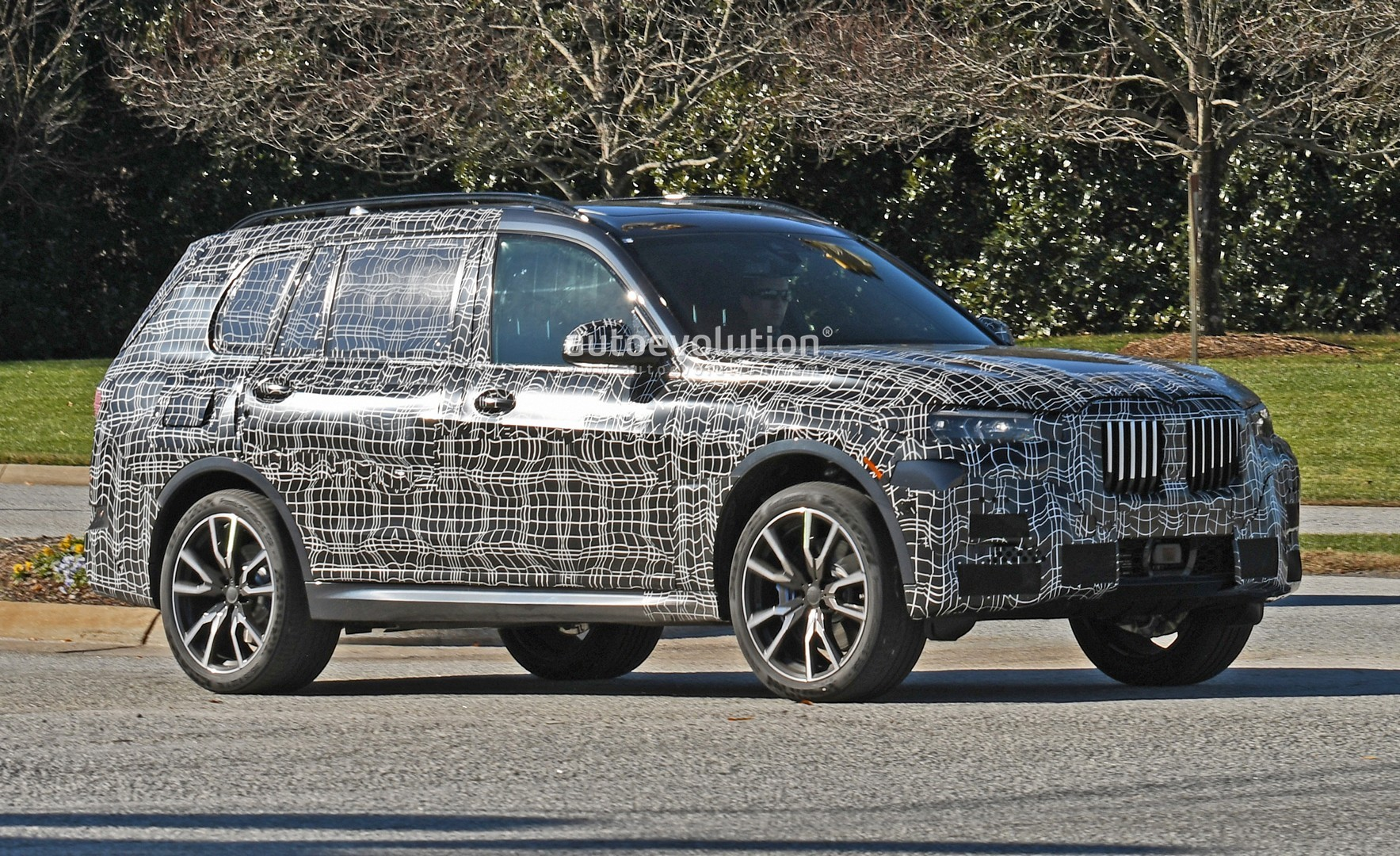 spyshots 2019 bmw x7 looks production ready with blue brakes autoevolution. Black Bedroom Furniture Sets. Home Design Ideas