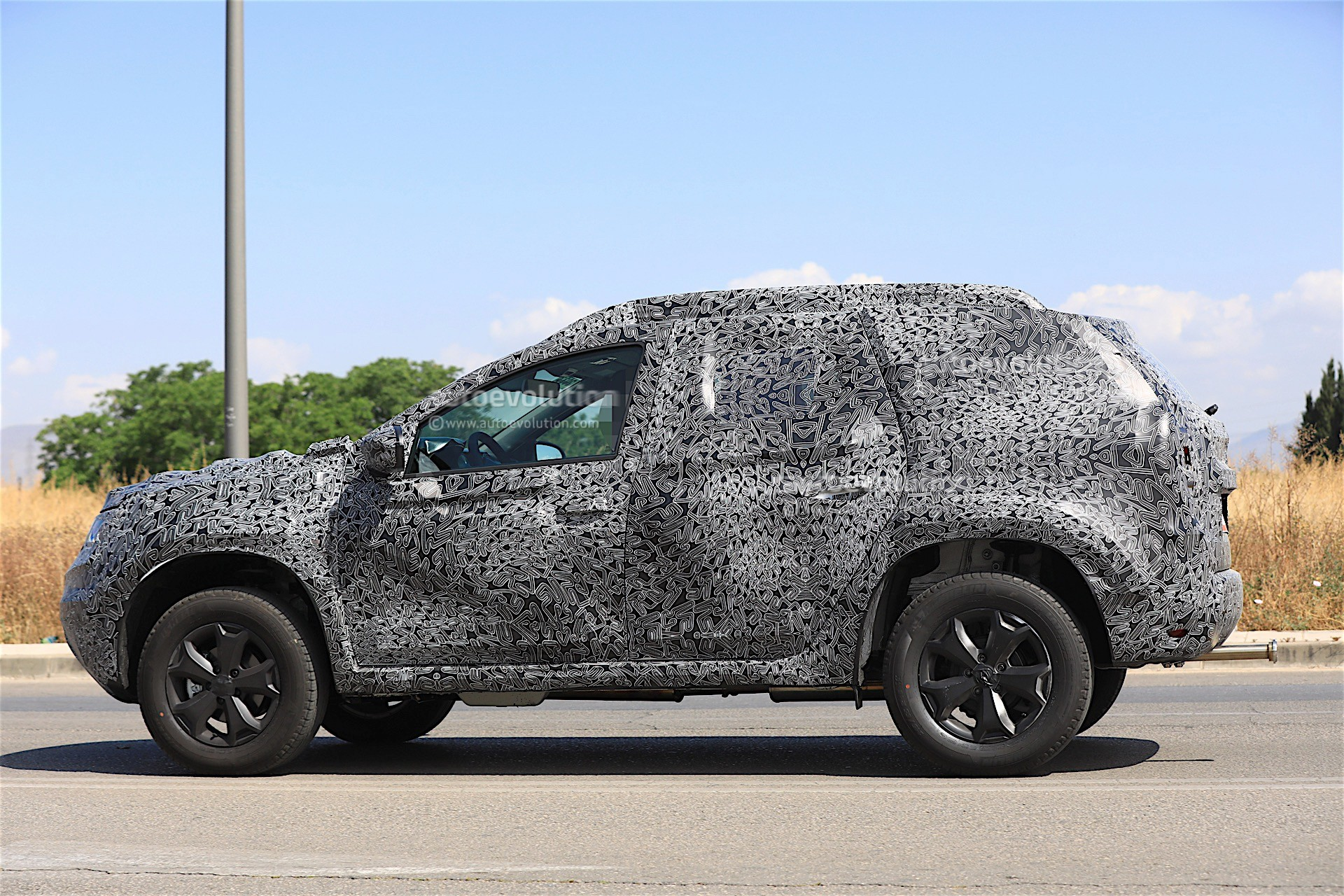 2017 - [Dacia] Duster II - Page 8 2019-dacia-duster-prototype-spied-for-the-first-time_6