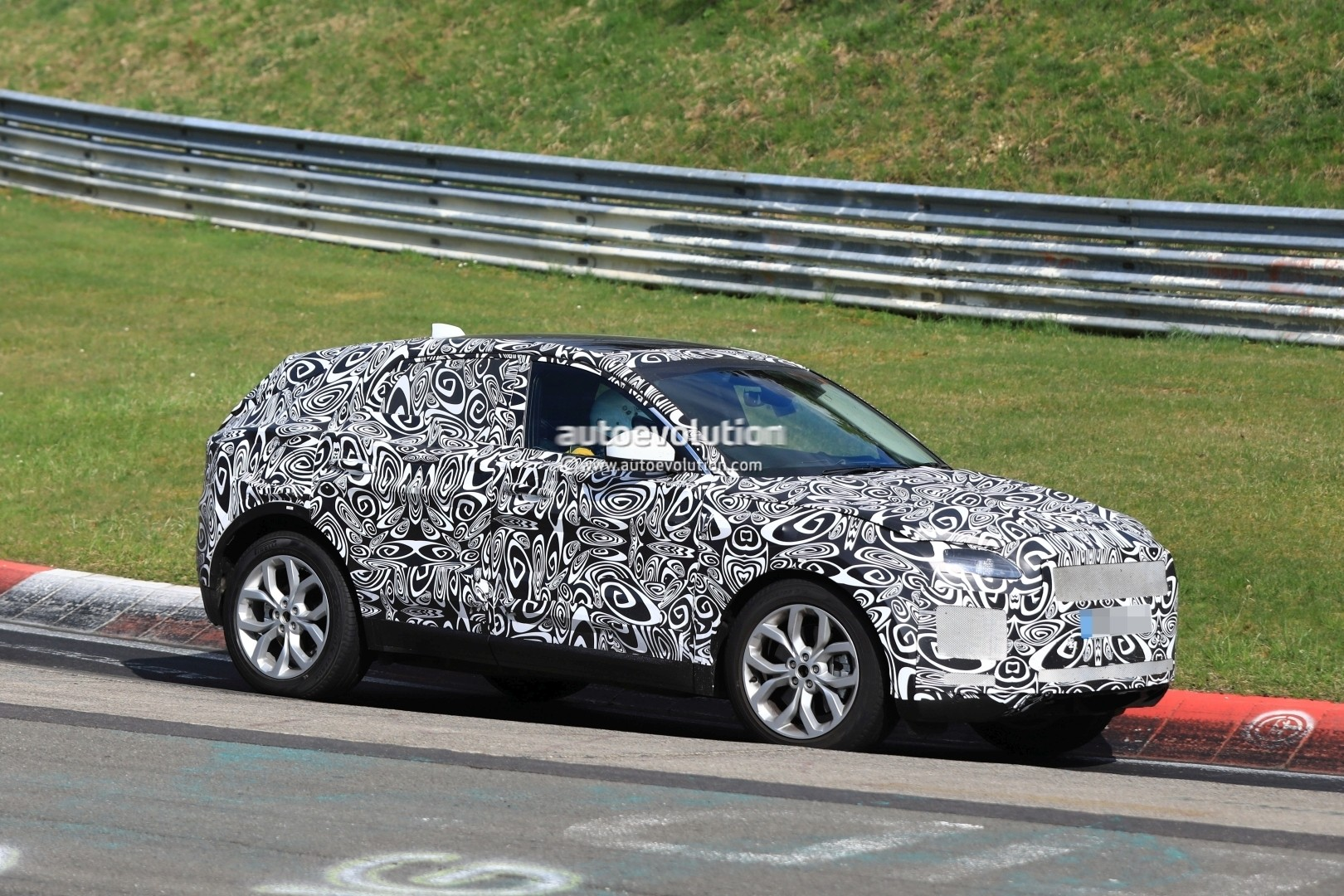 new jaguar e pace baby suv hits nurburgring looks gorgeous even with camouflage autoevolution. Black Bedroom Furniture Sets. Home Design Ideas