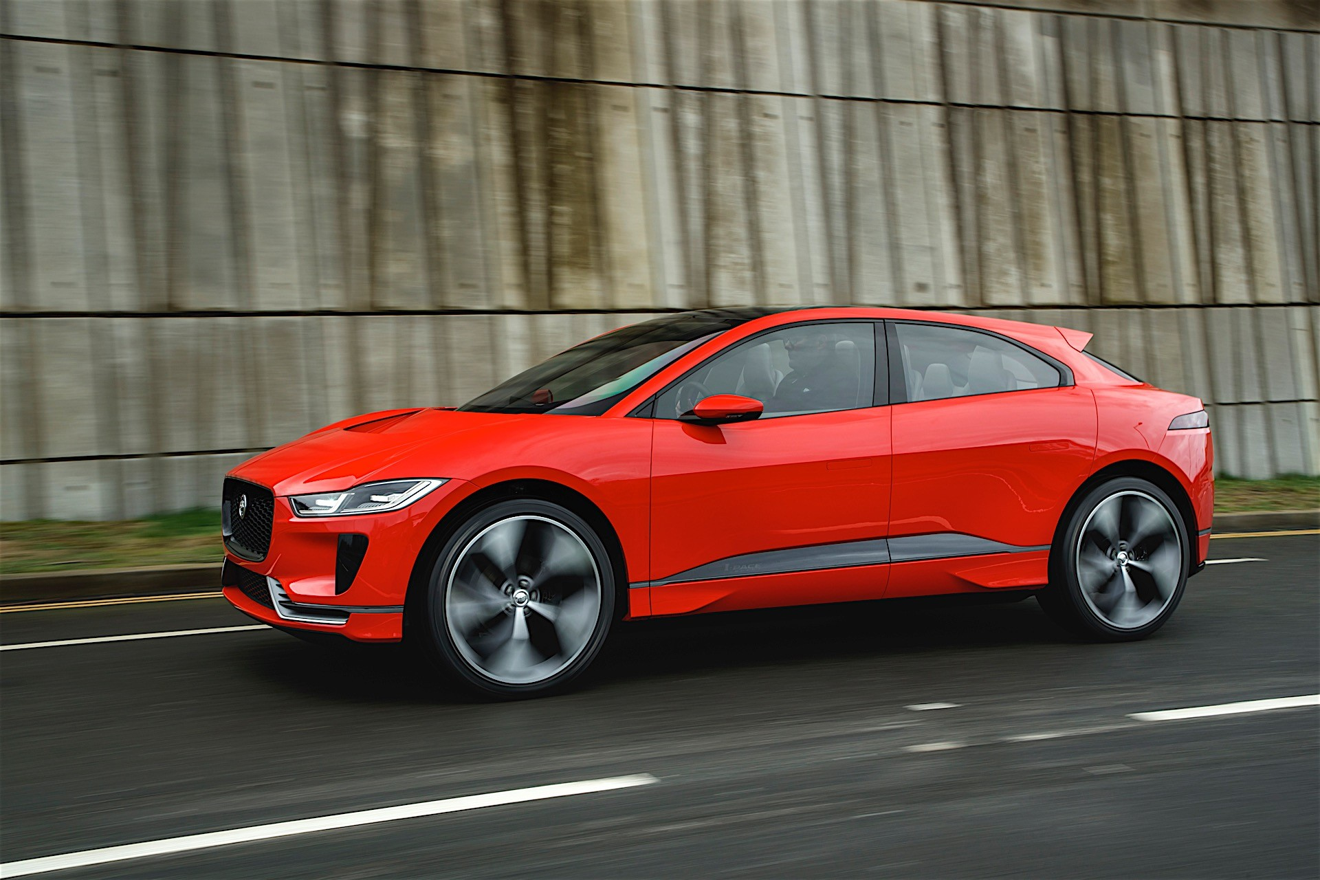 2019 jaguar i pace drifts on frozen lake in the hands of pro driver autoevolution. Black Bedroom Furniture Sets. Home Design Ideas