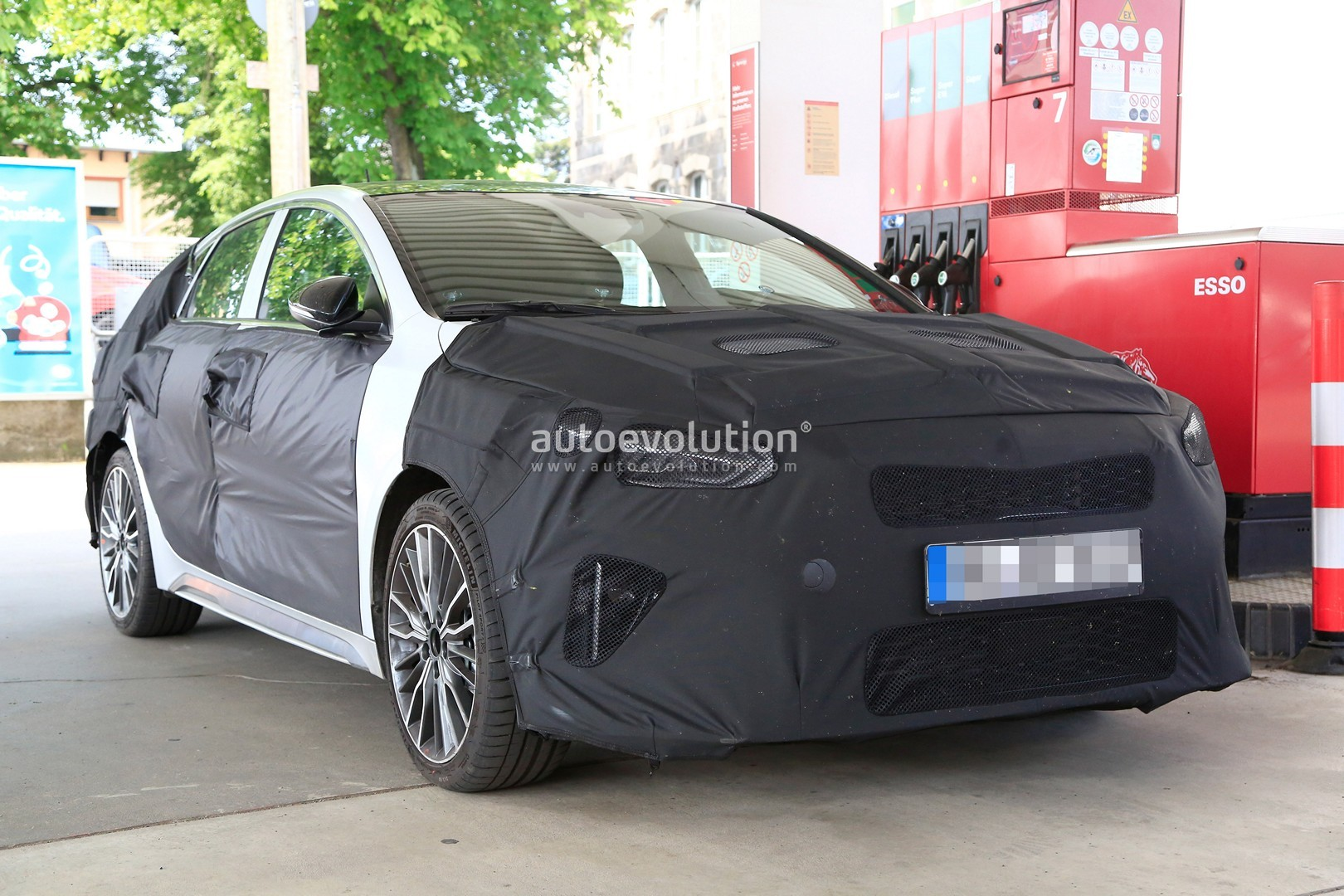 2019-kia-ceed-fastback-spied-for-the-first-time-could-actually-be-the-shooting_1