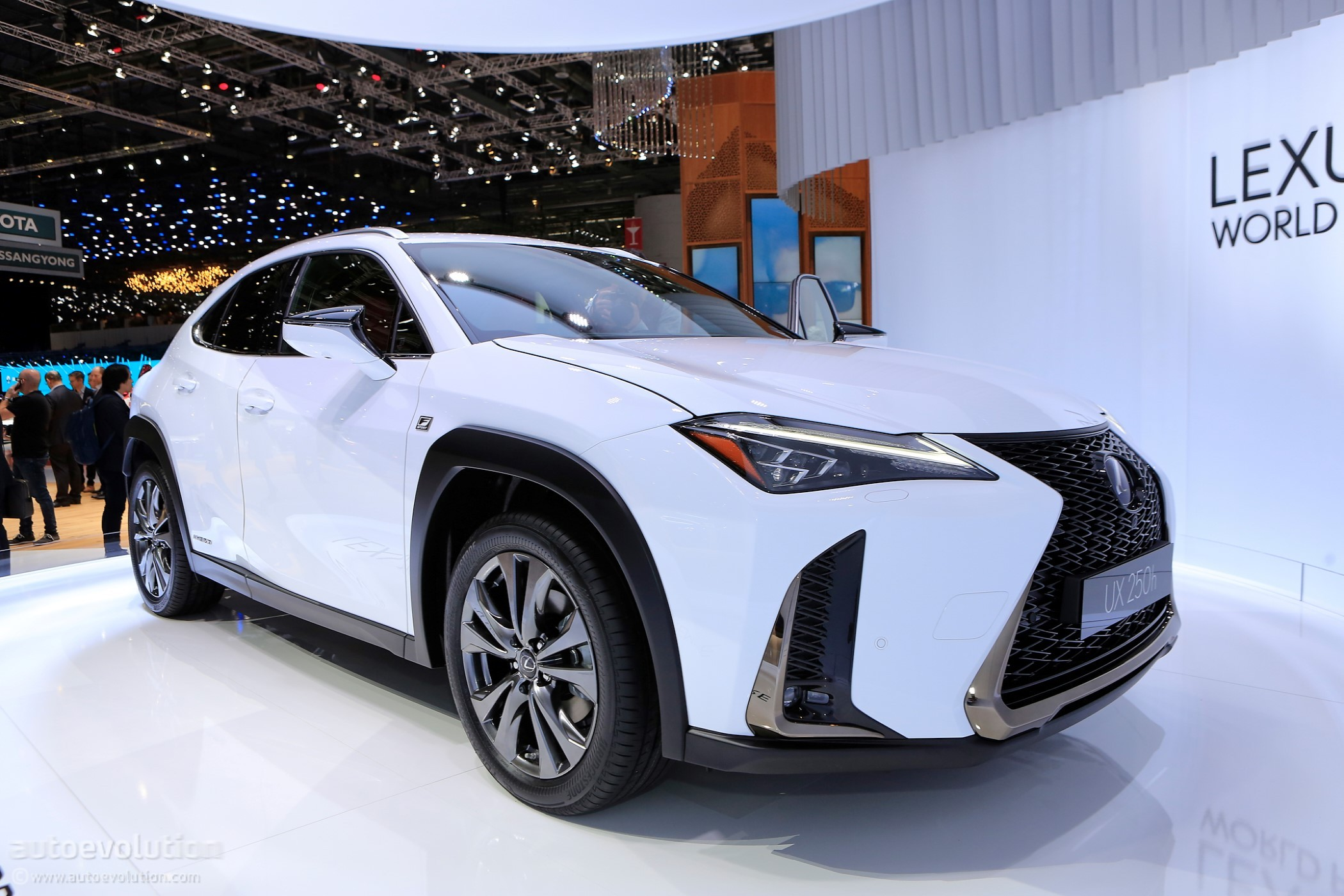Car Shows In Ct >> 2019 Lexus UX 250h Shows Off Its Spindle Grille In Geneva - autoevolution