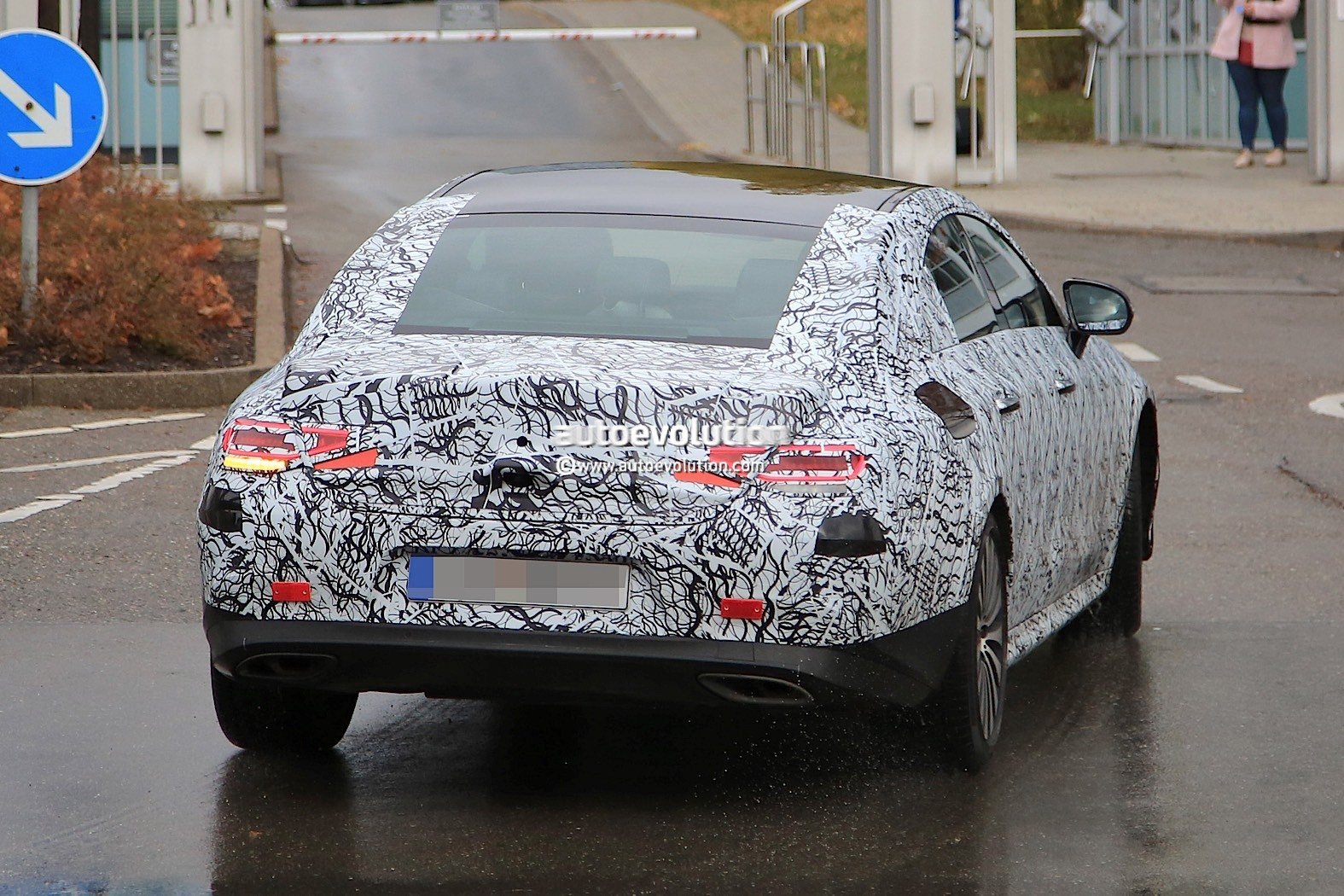 2018 - [Mercedes] CLS III  2019-mercedes-benz-cle-prototype-grins-for-the-camera_11