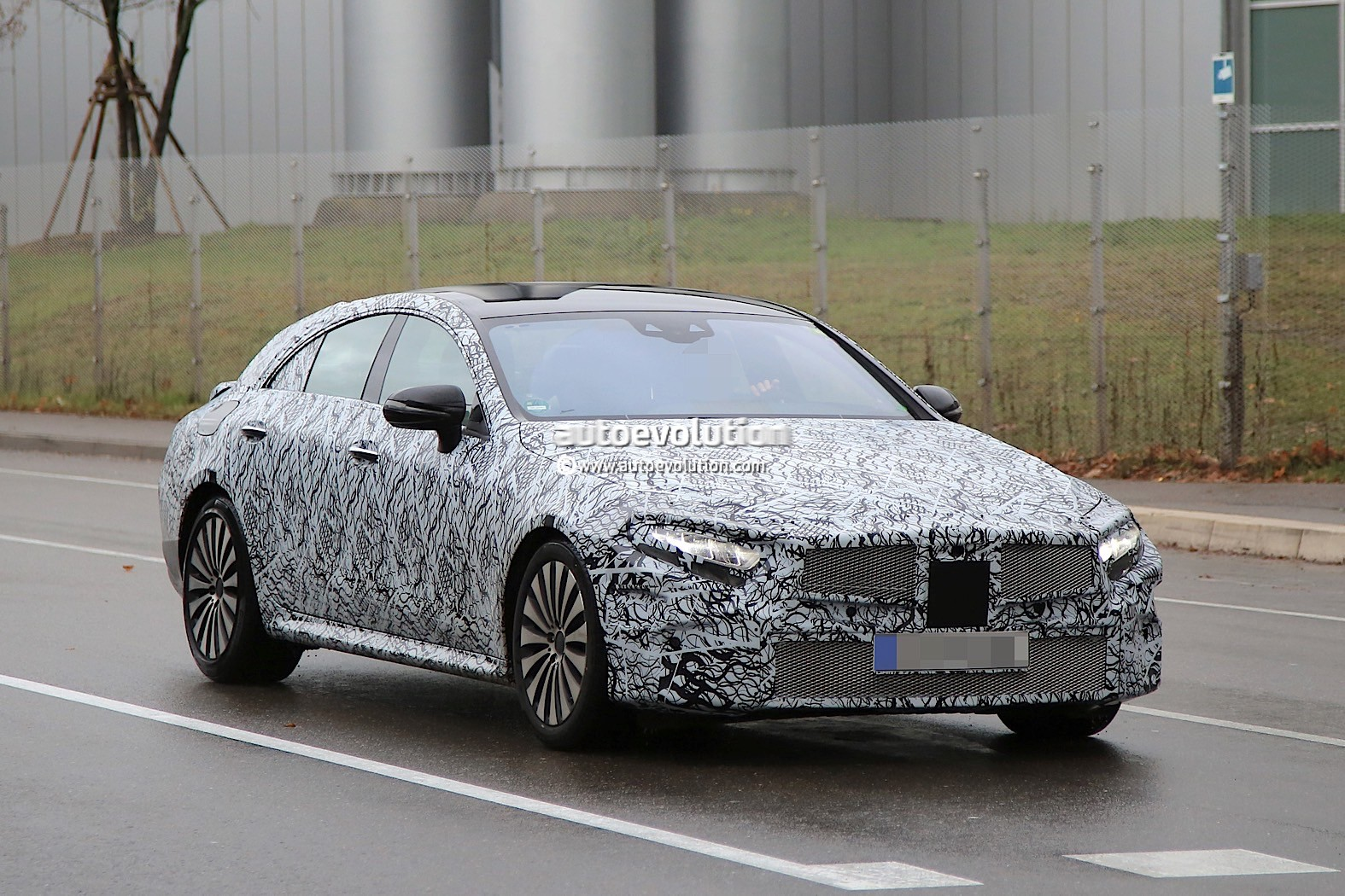 2018 - [Mercedes] CLS III  2019-mercedes-benz-cle-prototype-grins-for-the-camera_3