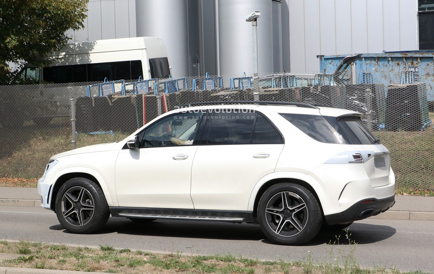 2019 Mercedes-Benz GLE Shows Off Full-LED Headlights In